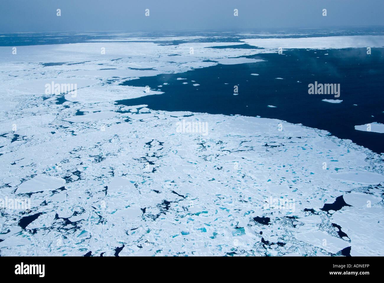 Packeis in den Strömungen des Lancaster Sound bewegen verhindert Versand außer Eisbrecher Stockbild