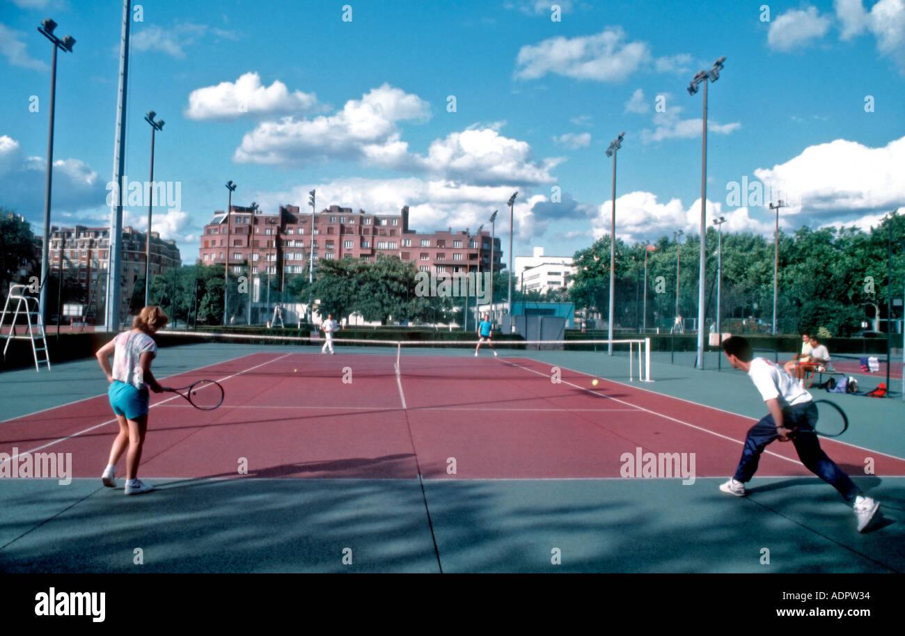 Paris FRANCE, städtische Parks, 2 Paare spielen Tennis im 'Porte d ' Orleans' Sport Stockbild