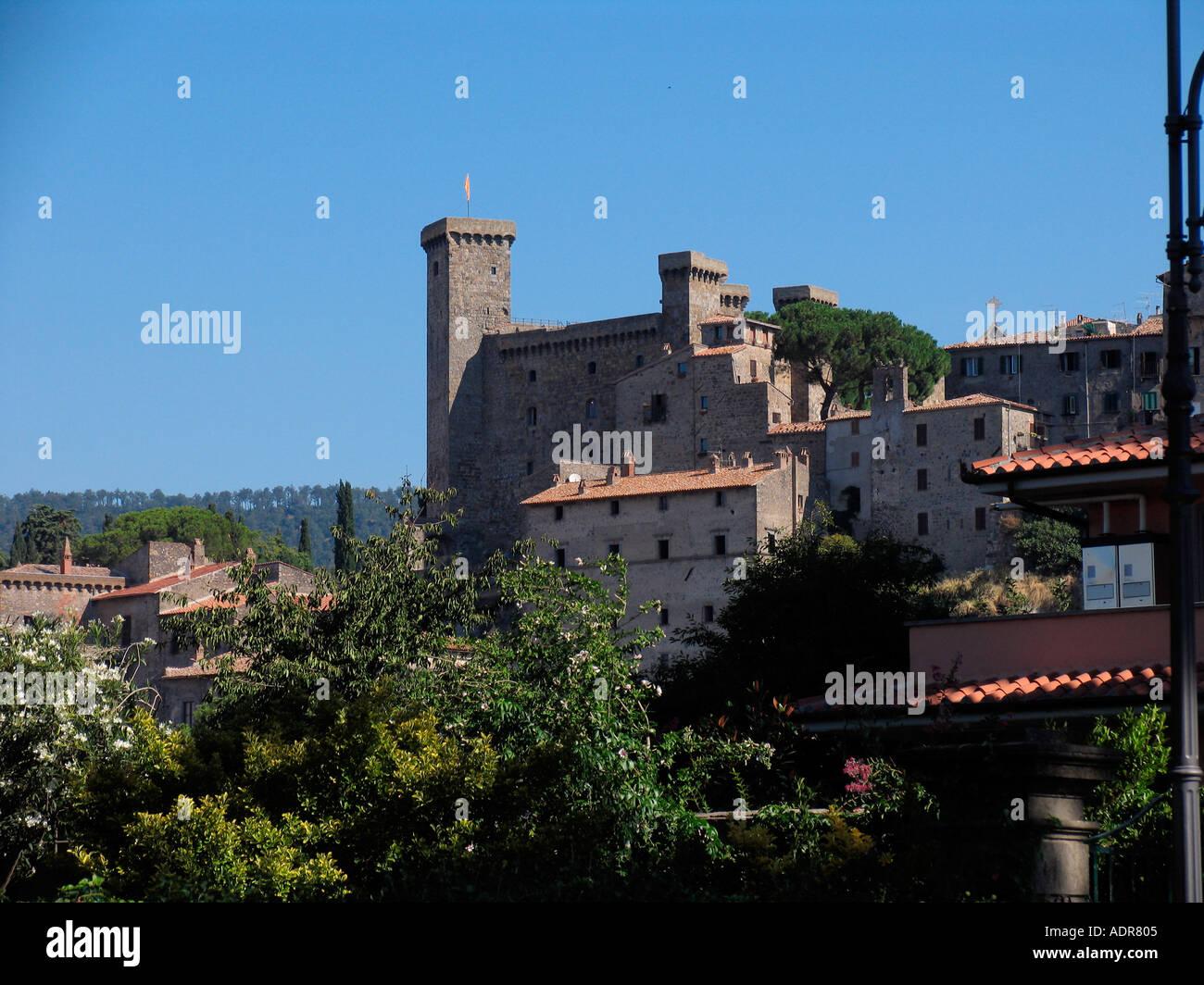 Hanghäuser mittelalterliche burg erhebt sich über hang häuser bolsena italien
