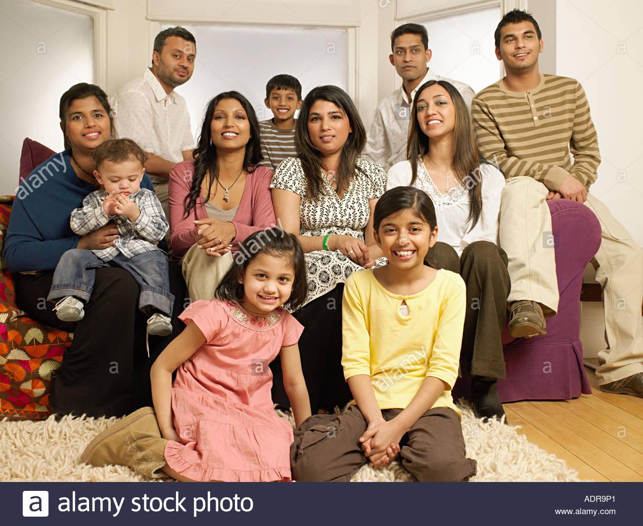 Große indische Familie im Wohnzimmer Stockbild