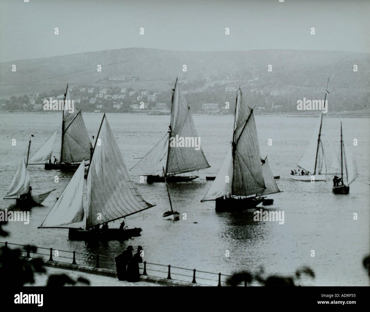 UK Schottland Greenock Firth of Clyde Segelboote während einer Regatta im 1890 s Stockbild