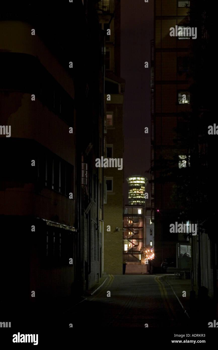 Dunklen finsteren urbane Gasse führt zu helle Lichter. Bear Gardens, Southwark, London, England Stockbild