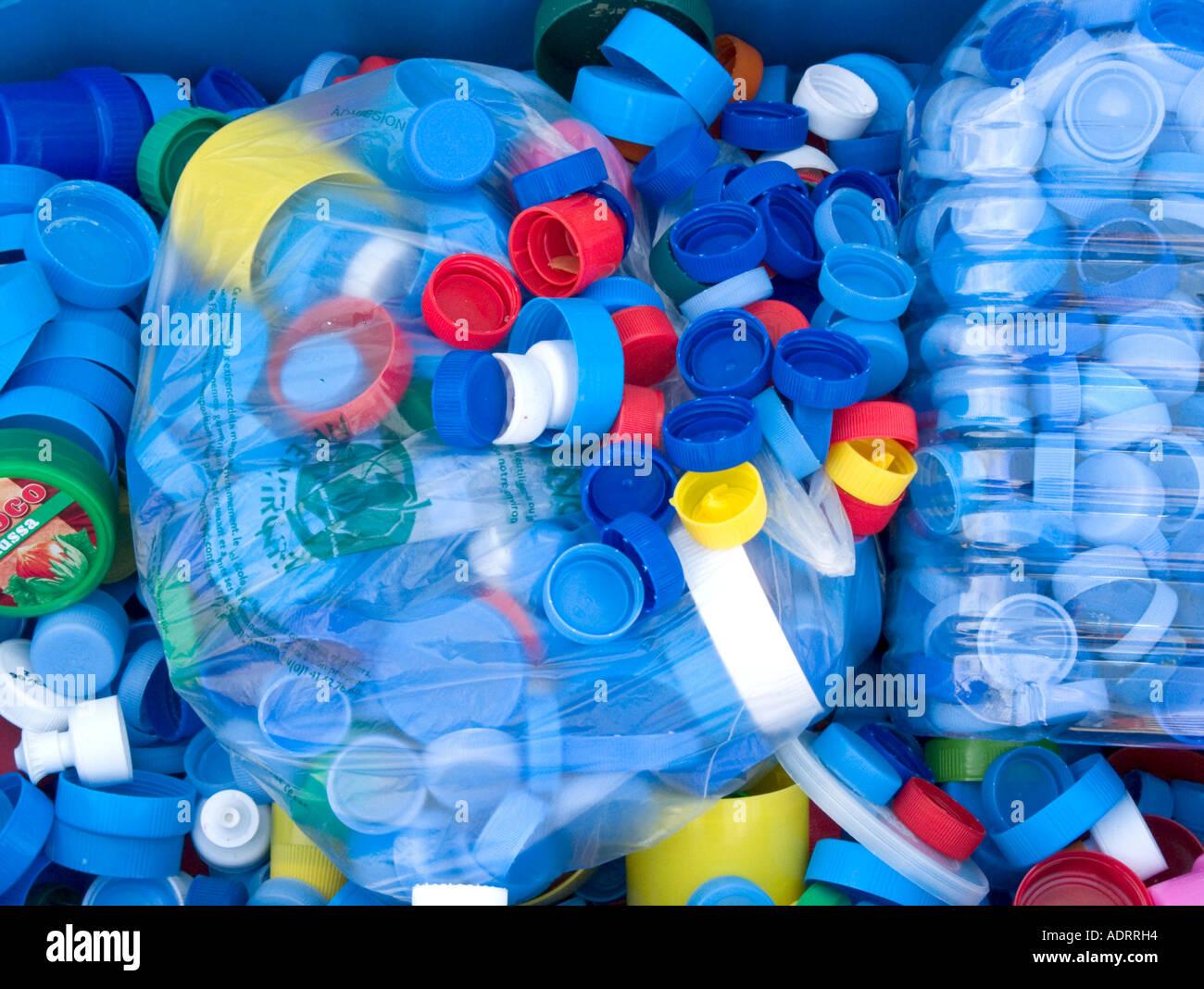 Plastiktüten voller Multi farbige Flasche Spitzen liegen unter anderen tops Stockbild