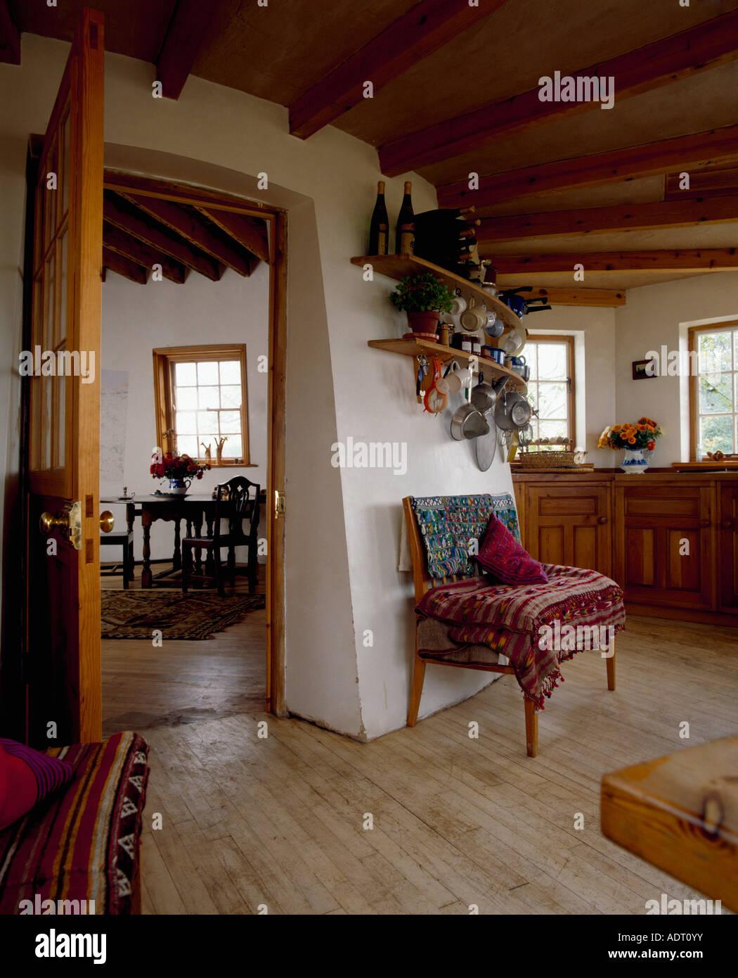 Holzboden in der Küche mit gebogene Wände und Türen öffnen ...