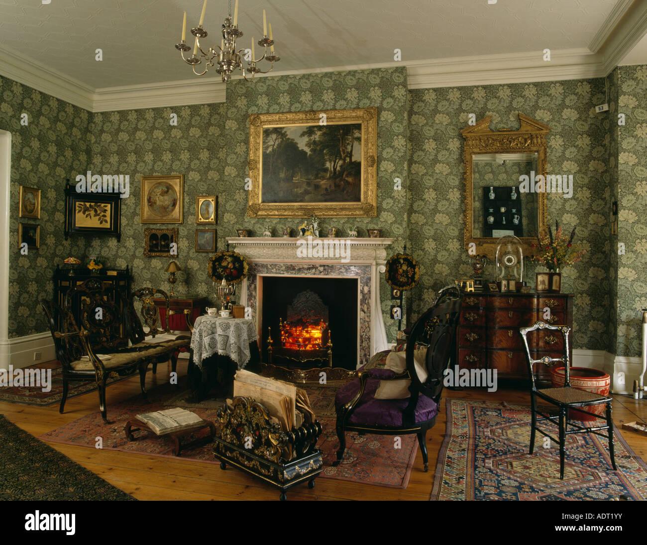 Edwardian Wohnzimmer mit grünen William Morris-Tapete und ...
