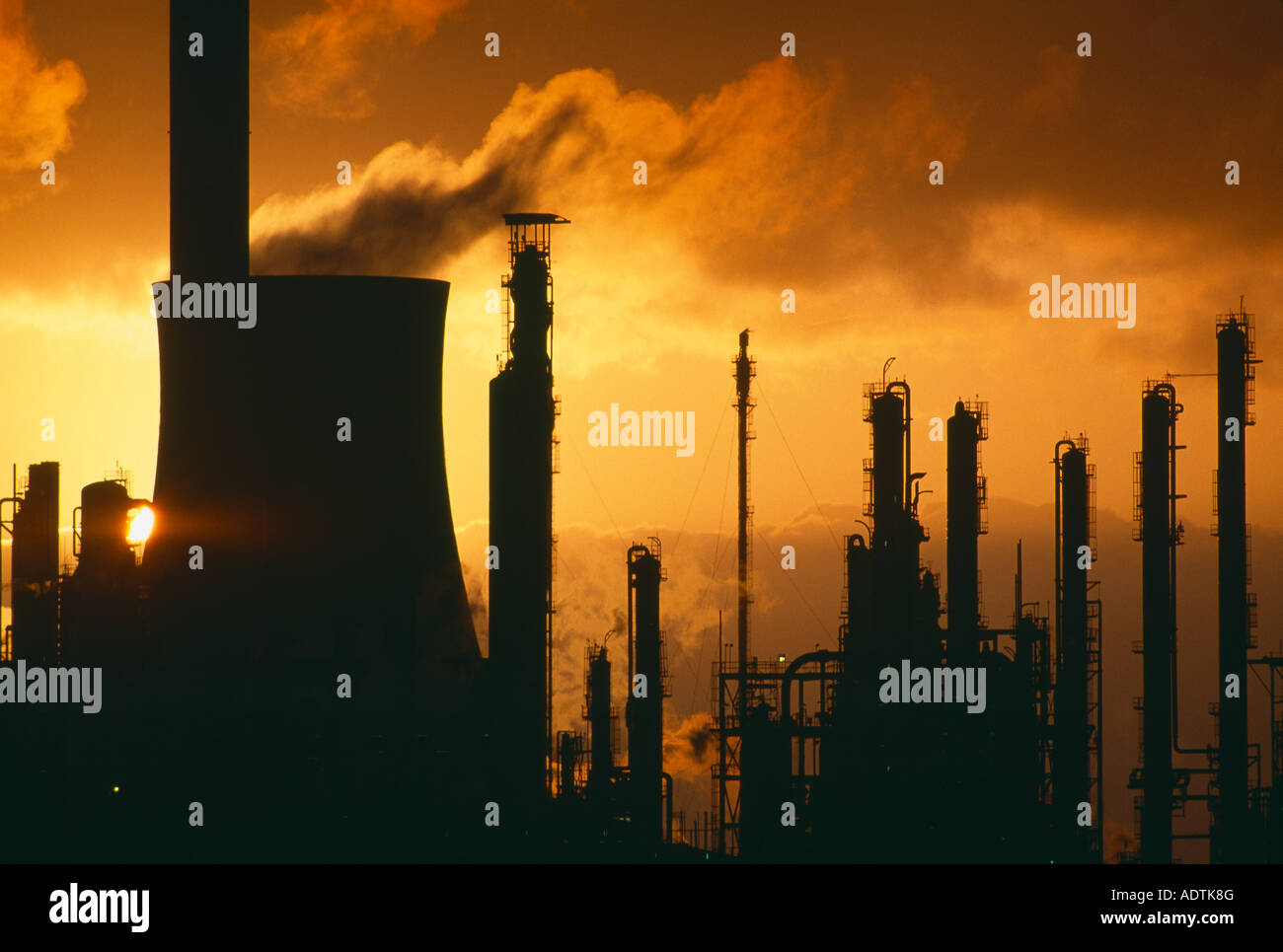 Umweltverschmutzung, globale Erwärmung Aufstoßen Schornsteine in einer Chemiefabrik Port Talbot Wales Stockbild
