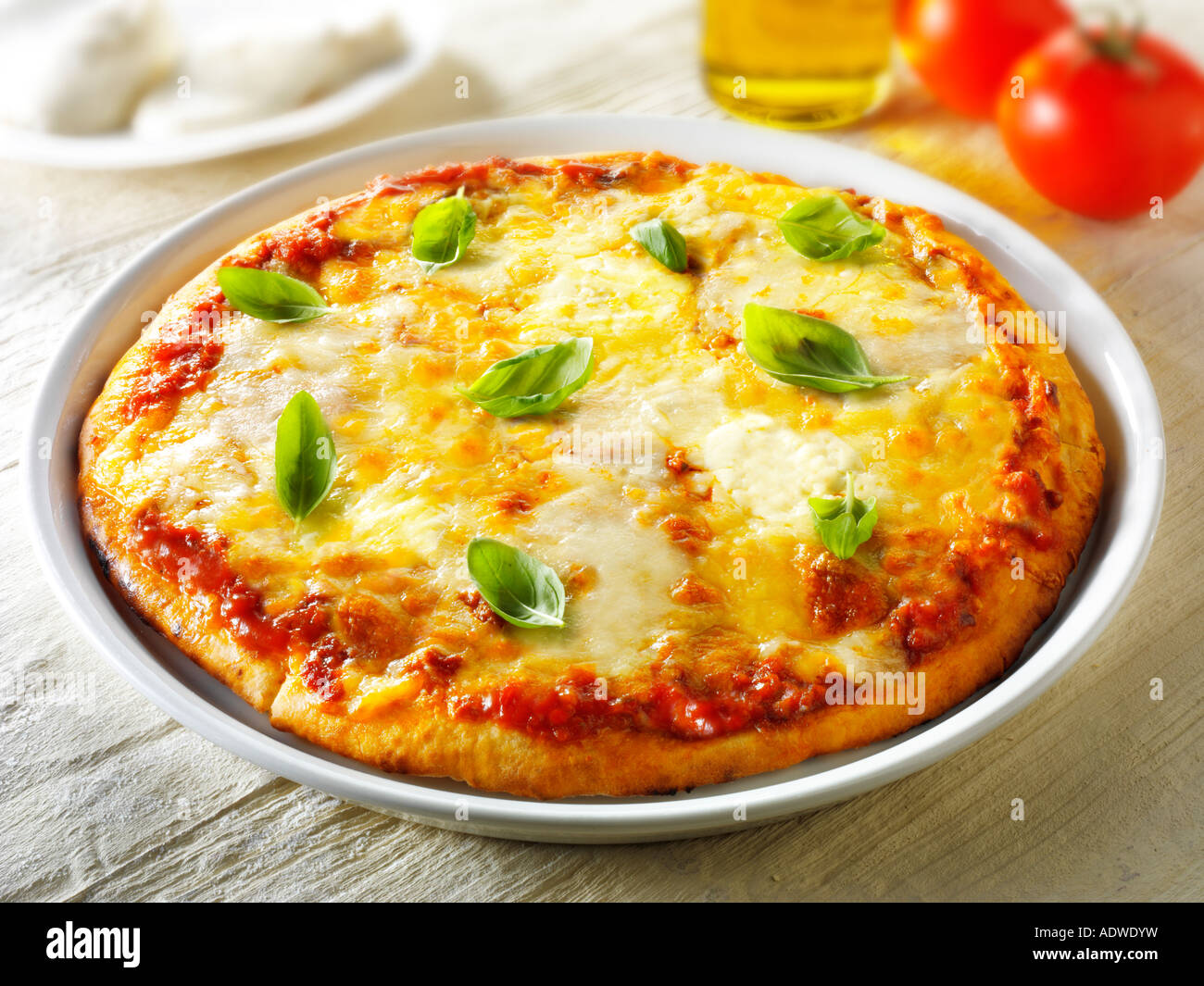 Pizza italienische authentische traditionelle dünne Kruste gekrönt margarita Stockbild