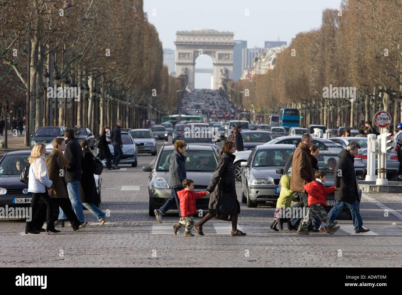 Verkehr hält für Fußgänger am Zebrastreifen über die Champs-Élysées vor der Arc Stockbild