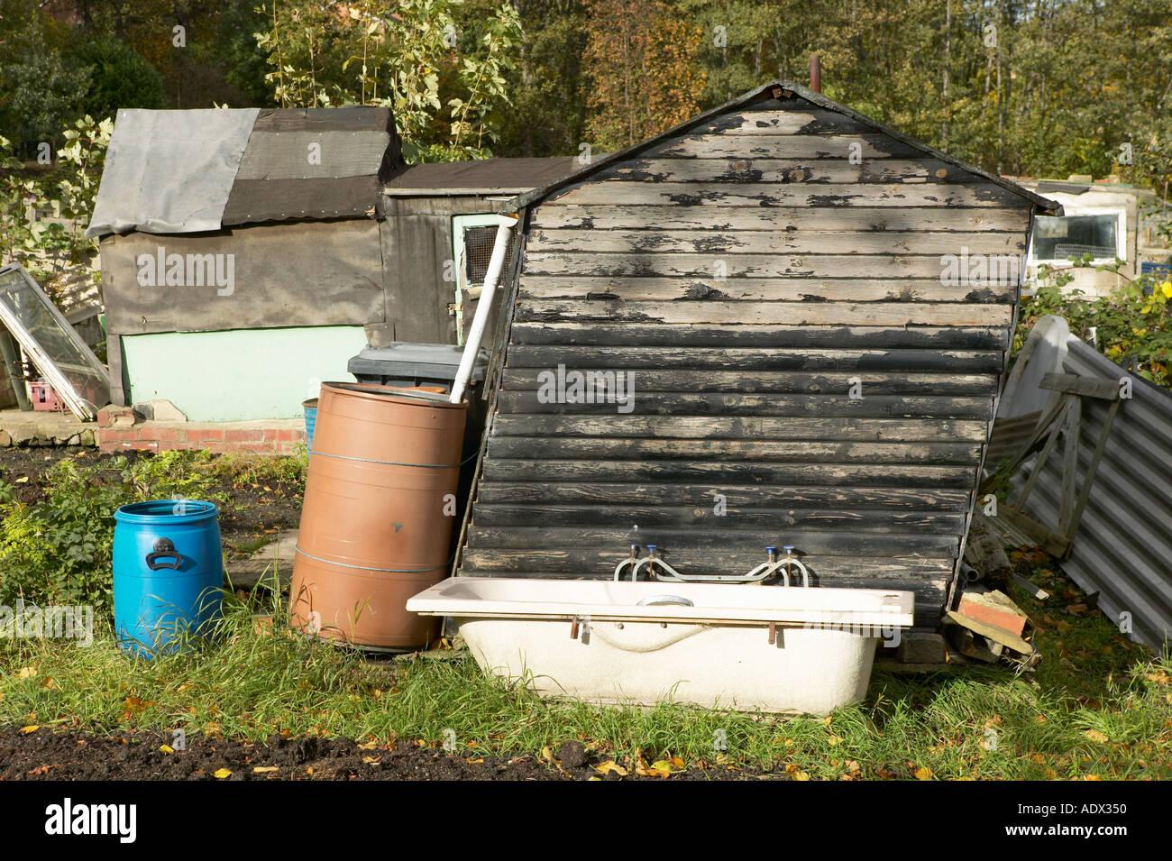 Erstaunlich Badewanne Im Garten Dekoration Von StÜtzte Sich Schuppen Und Alte Auf Garten-zuteilung