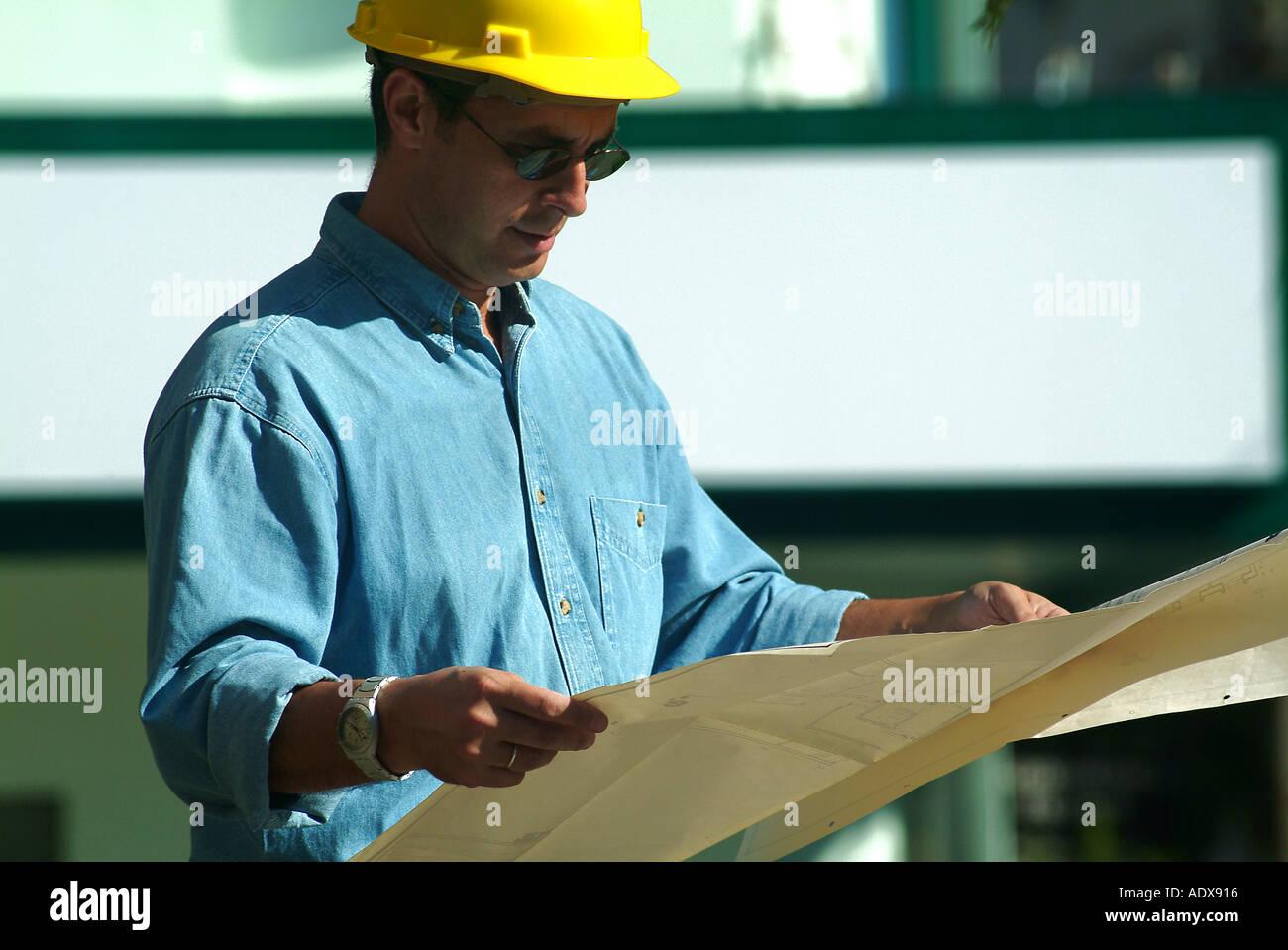 Architektur Architekten halten Blueprint Projekt Diagramm Schema ...