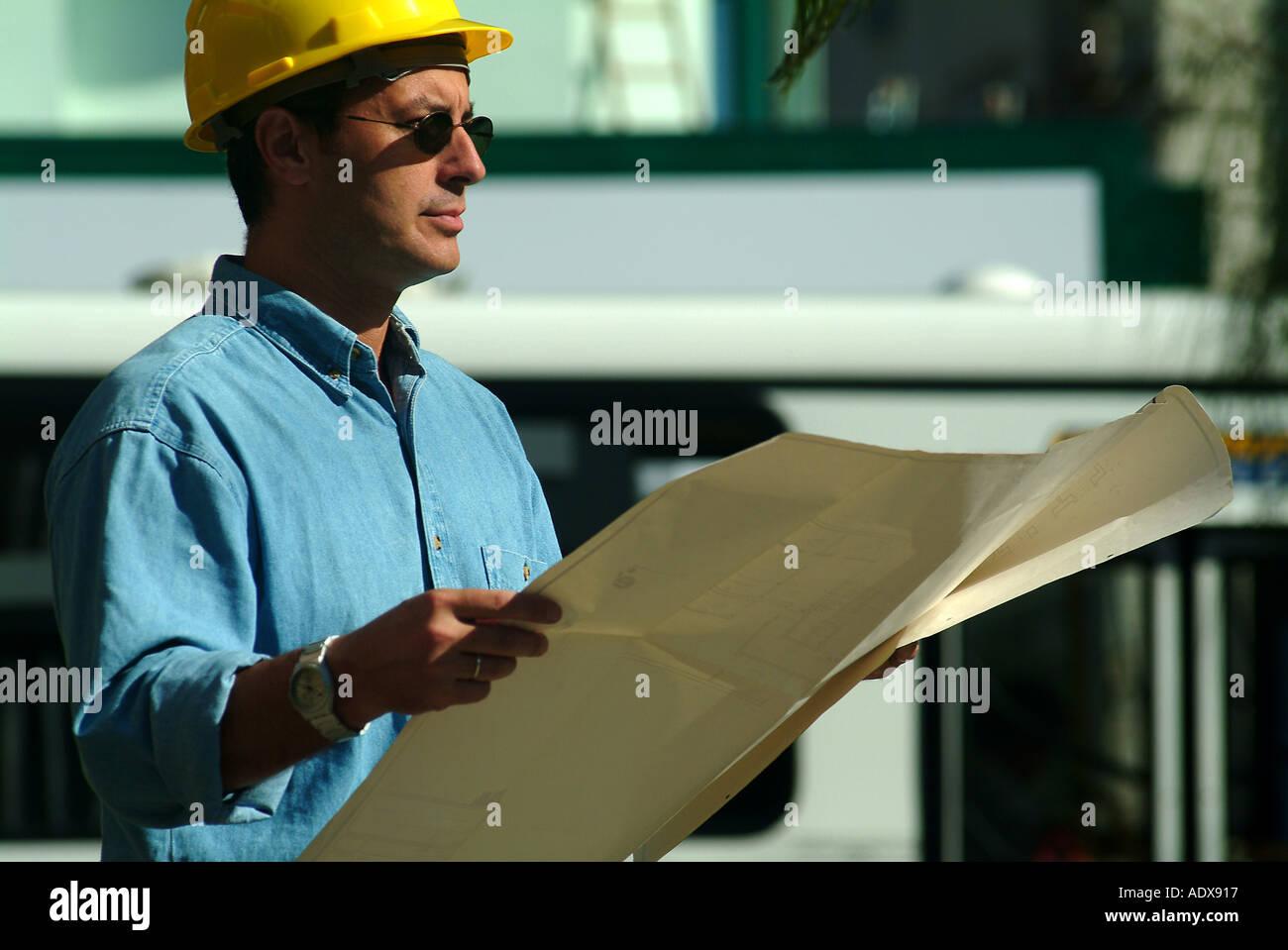 Architektur-Architekt mit Blueprint Projekt Diagramm Schema Helm ...