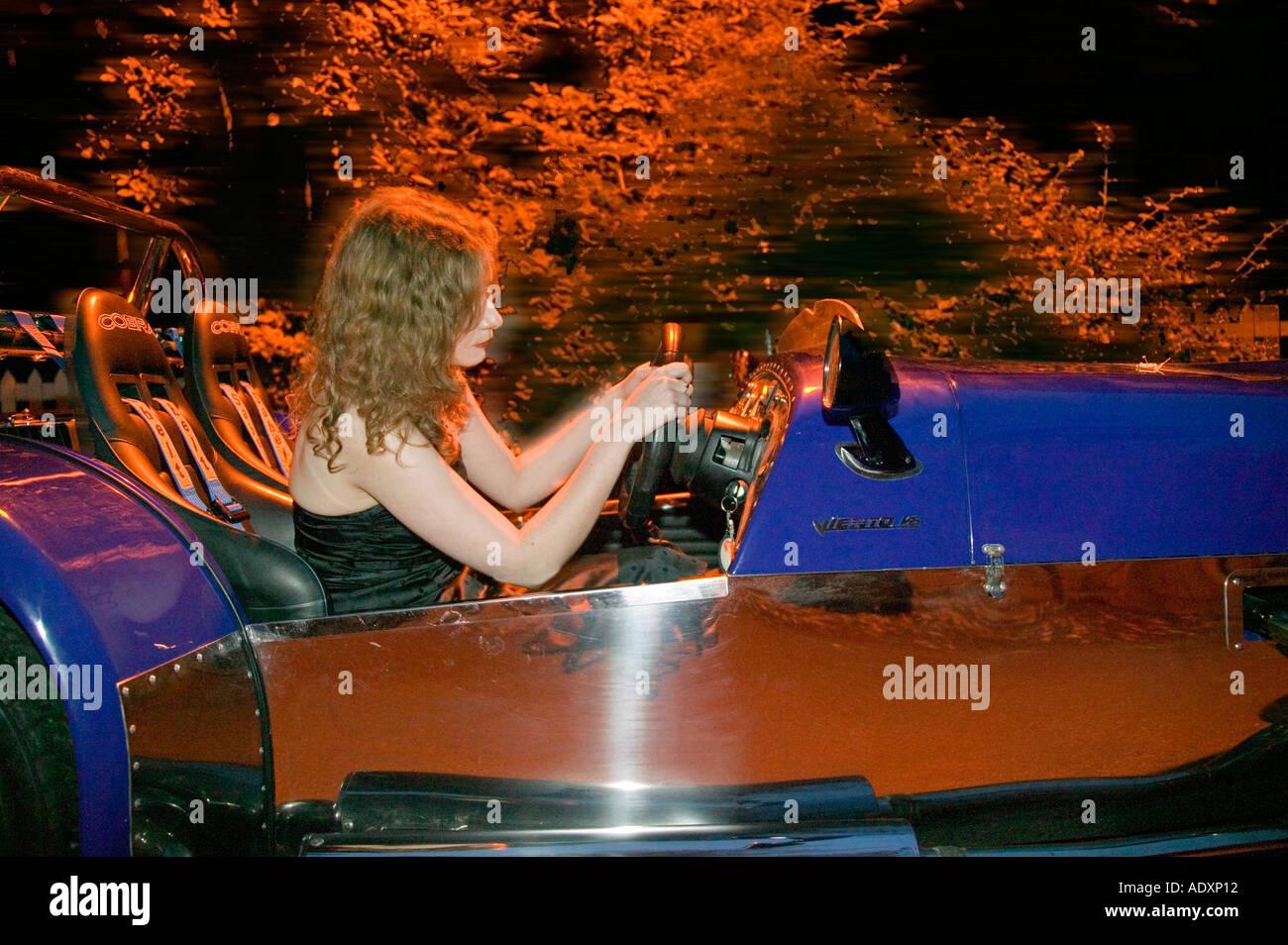 Sportscar wurde angetrieben von jungen Mädchen in der Nacht. Stockbild