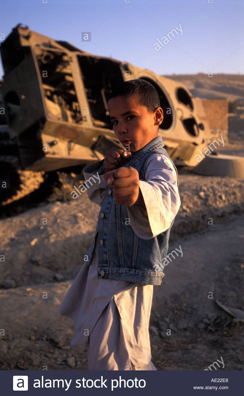 Junge spielt neben ruiniert Tank-Kabul-Afghanistan Stockbild