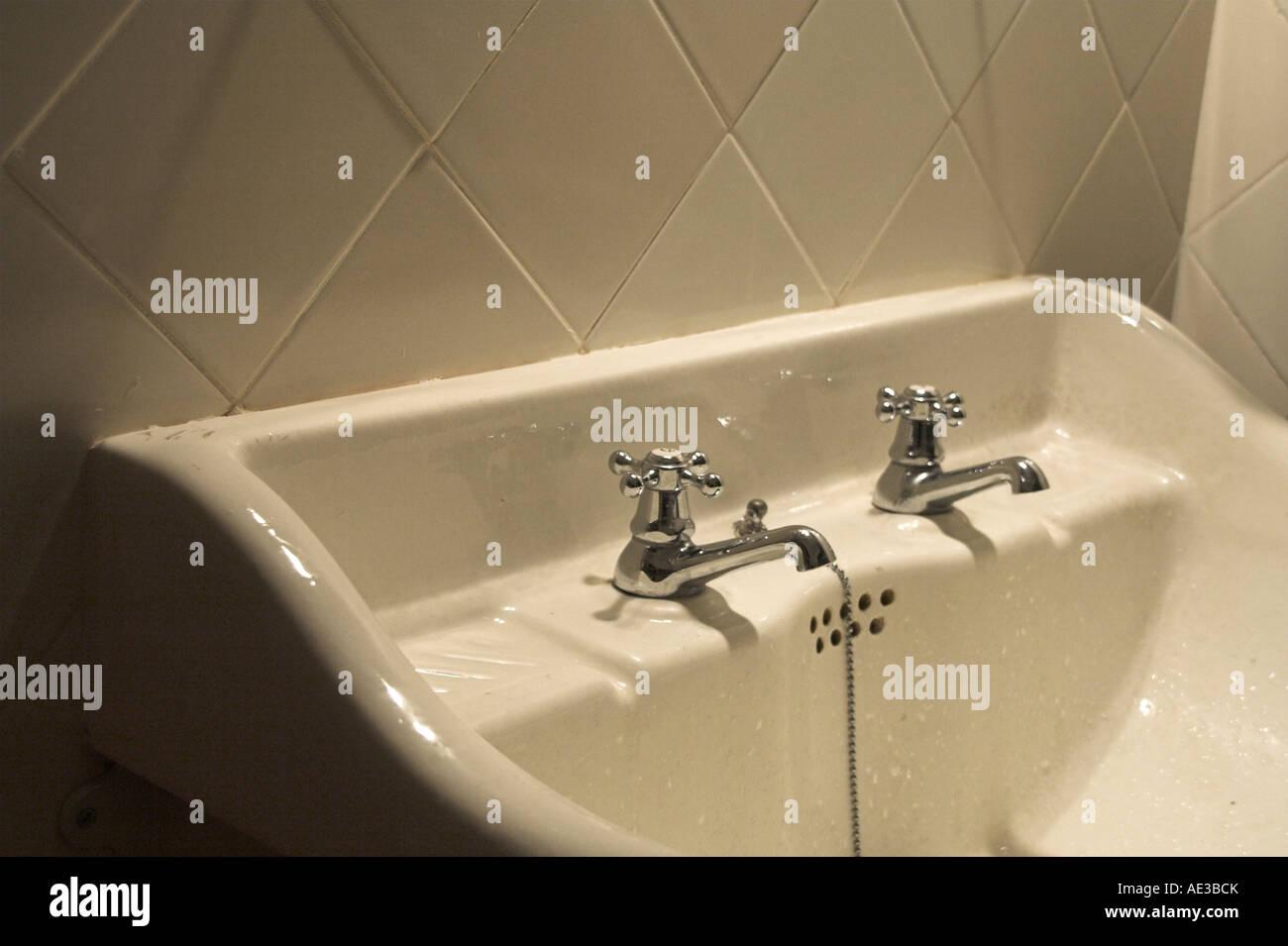 Armaturen waschbecken wand  alte Badezimmer Waschbecken mit alten Armaturen in einer gefliesten ...
