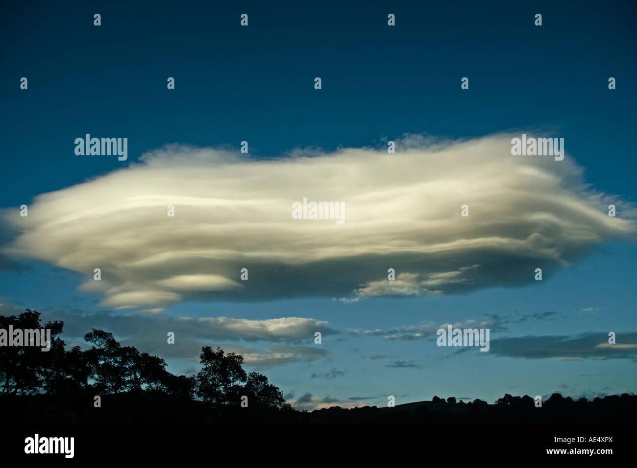 Eine große linsenförmige Wolke in den Herbst Himmel von Yorkshire Stockbild
