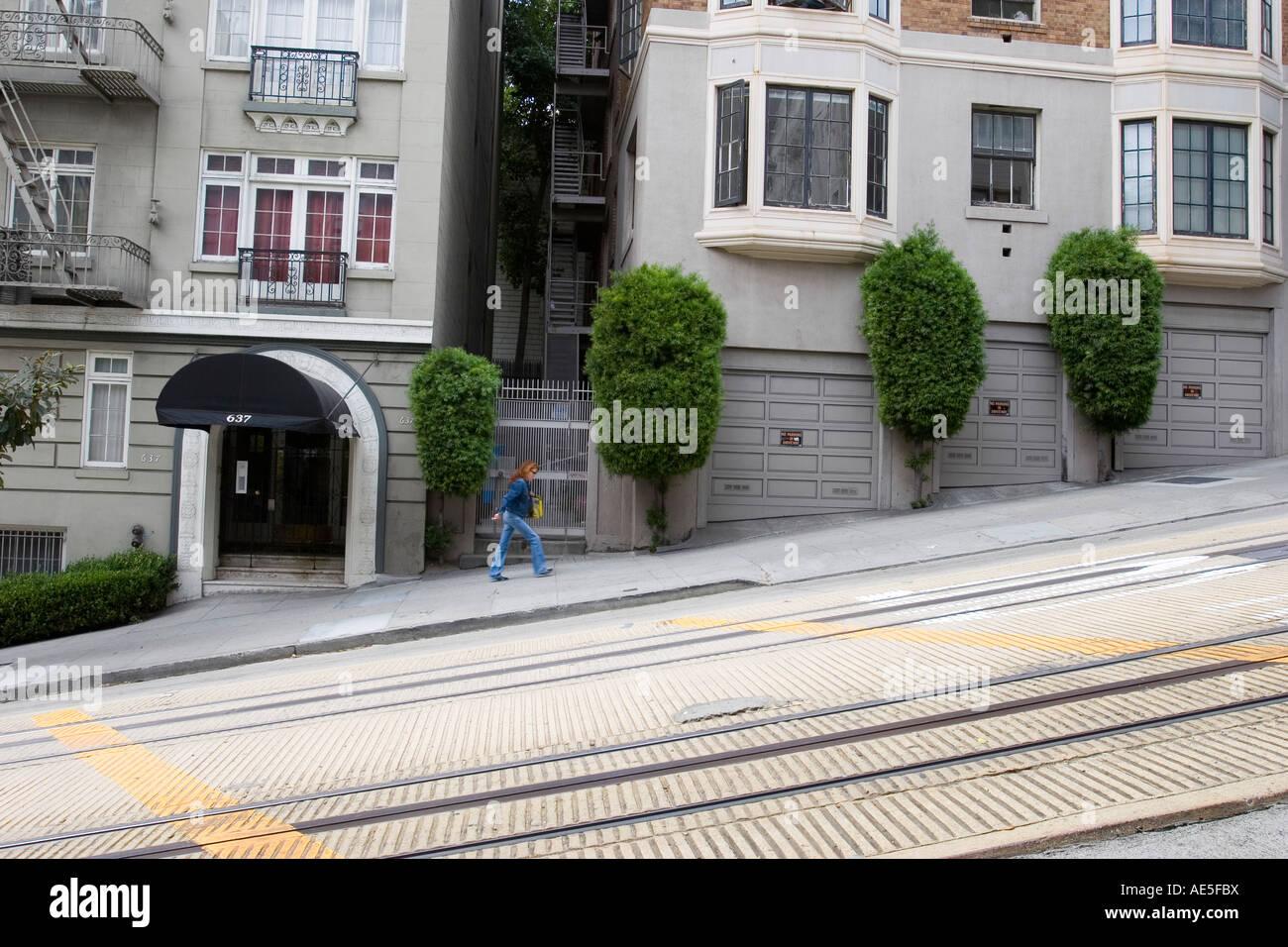 Person Zu Fuß Bis Steil Geneigten Powell Street In San Francisco Vorbei  Bauten Auf Einem Winkel