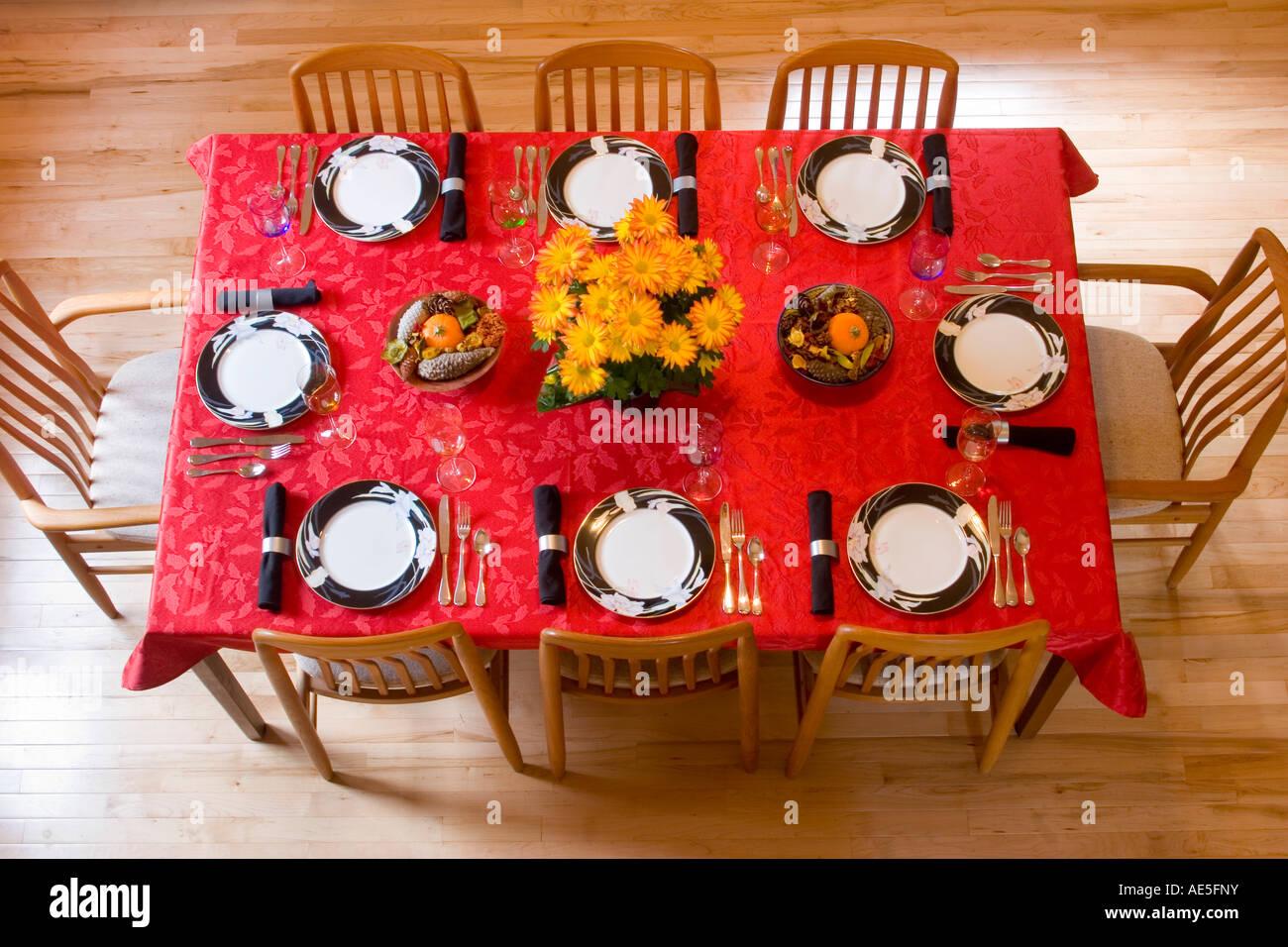 Luftaufnahme Des Esszimmer Tisch Gedecke Mit Roten Tischdecke, Formale  China, Chrysanthemen Und Ernte Herzstück