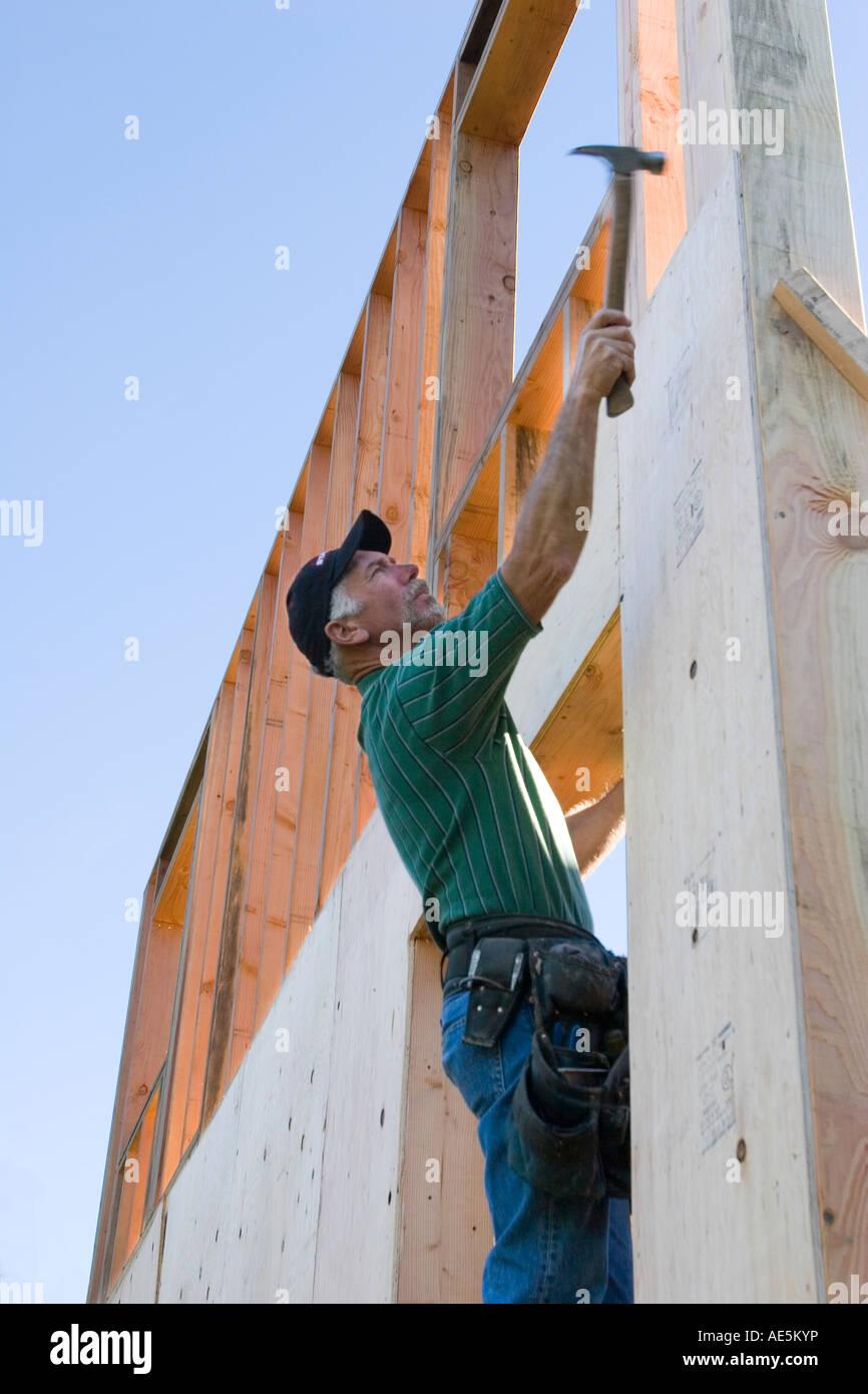 Tischler Werkzeug Gürtel steht im Fenster Rahmen erreichen um Nagel ...