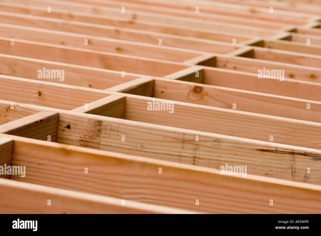 Bauvorhaben Gebäude Holz blockiert in einem gestaffelten Muster zwischen Fußbodenbalken in ein Wohn- Stockbild