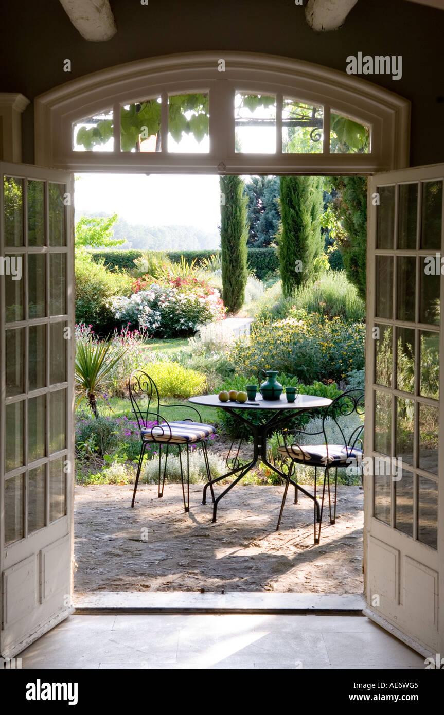 sonnigen Café-Stil Tisch und Stühle set auf der Gartenterrasse in ...