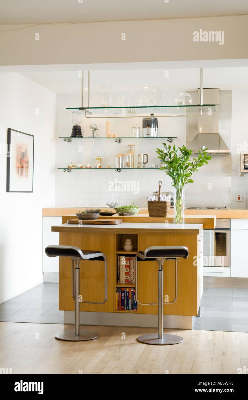 Moderne Küche Mit Insel Und Barhocker
