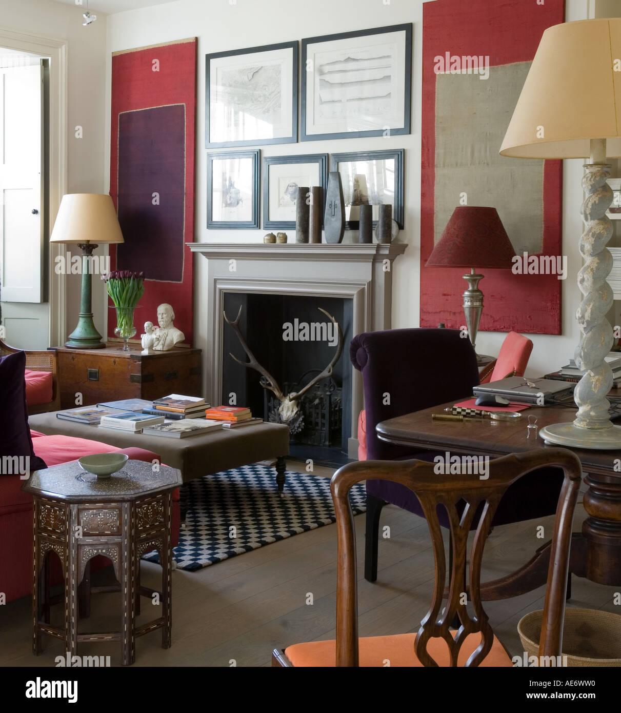 Elegantes Wohnzimmer mit Prints, Lampen und osmanischen Stockbild