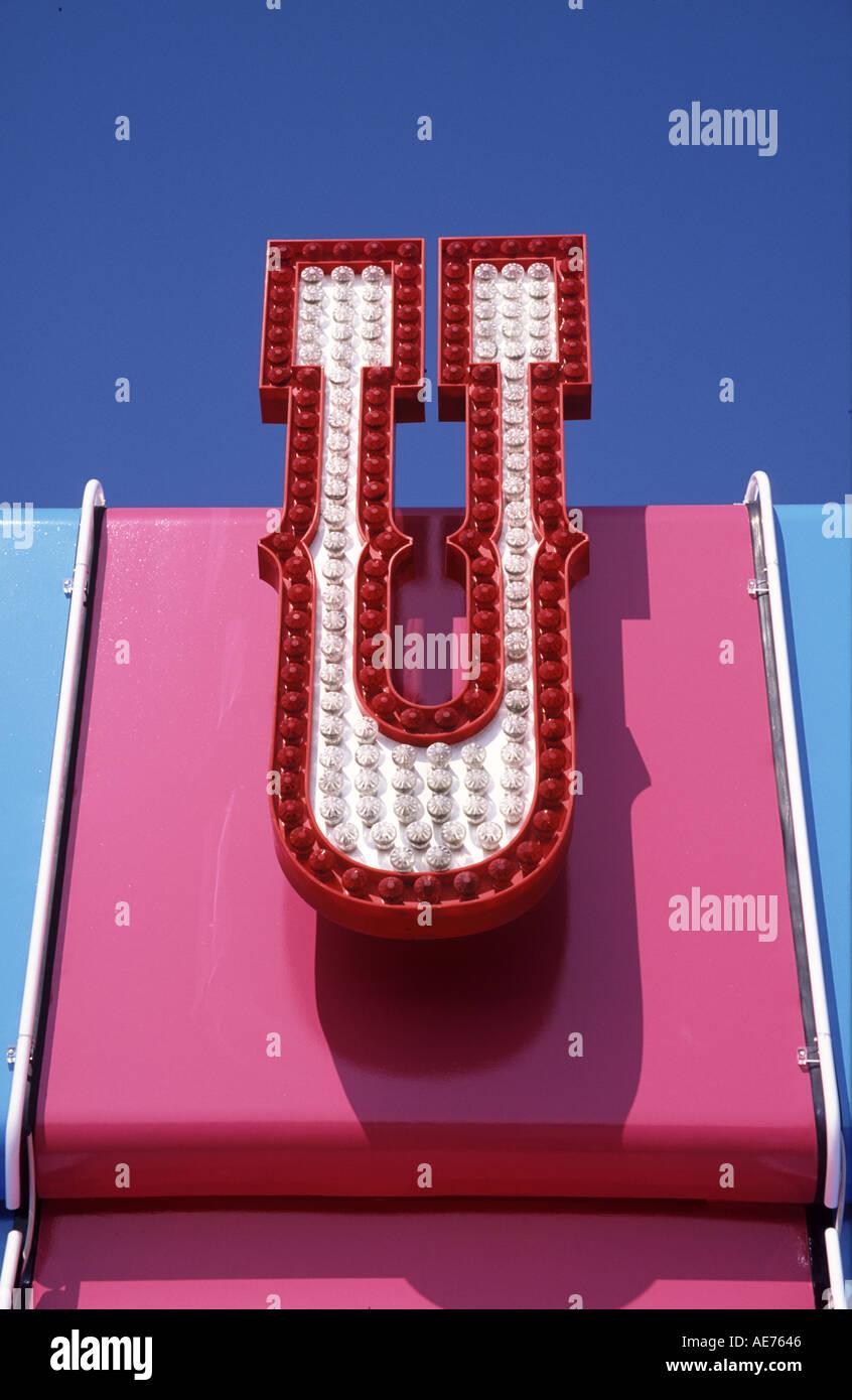 Spielhalle Schild Mit Beleuchteter Buchstabe U Stockfoto