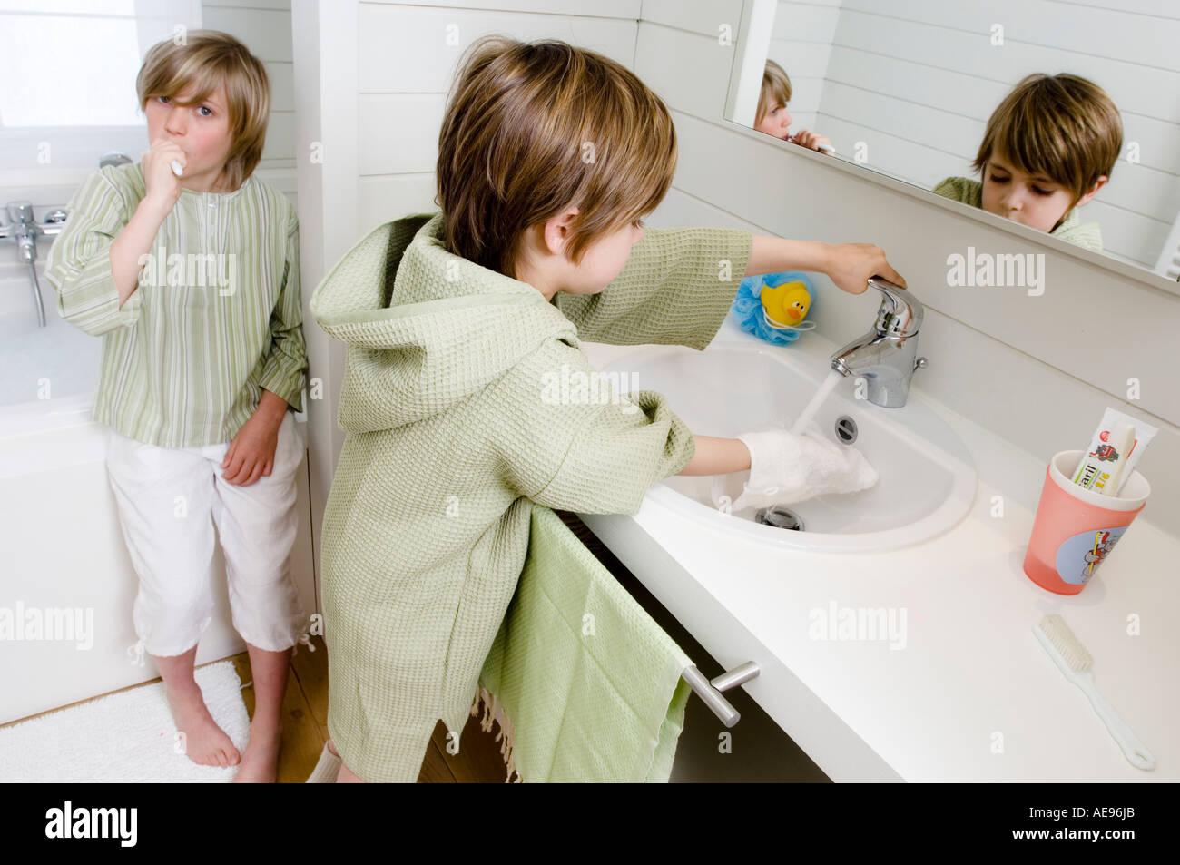 2 Kinder im Badezimmer Stockfoto, Bild: 7776682 - Alamy