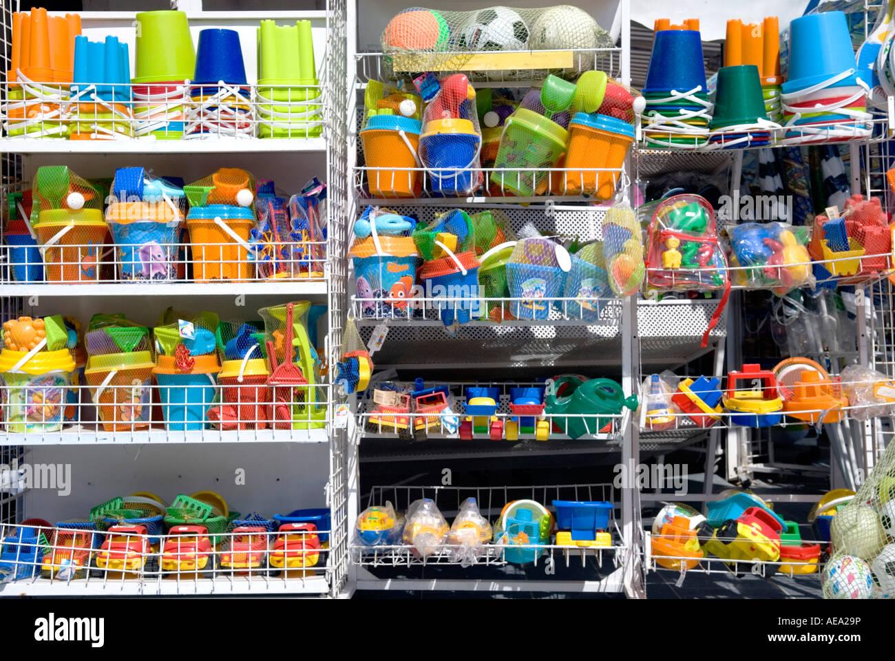 Eine Reihe von bunten Meer Spielzeug zum Verkauf außerhalb ein Tourist-Geschenk-shop Stockbild