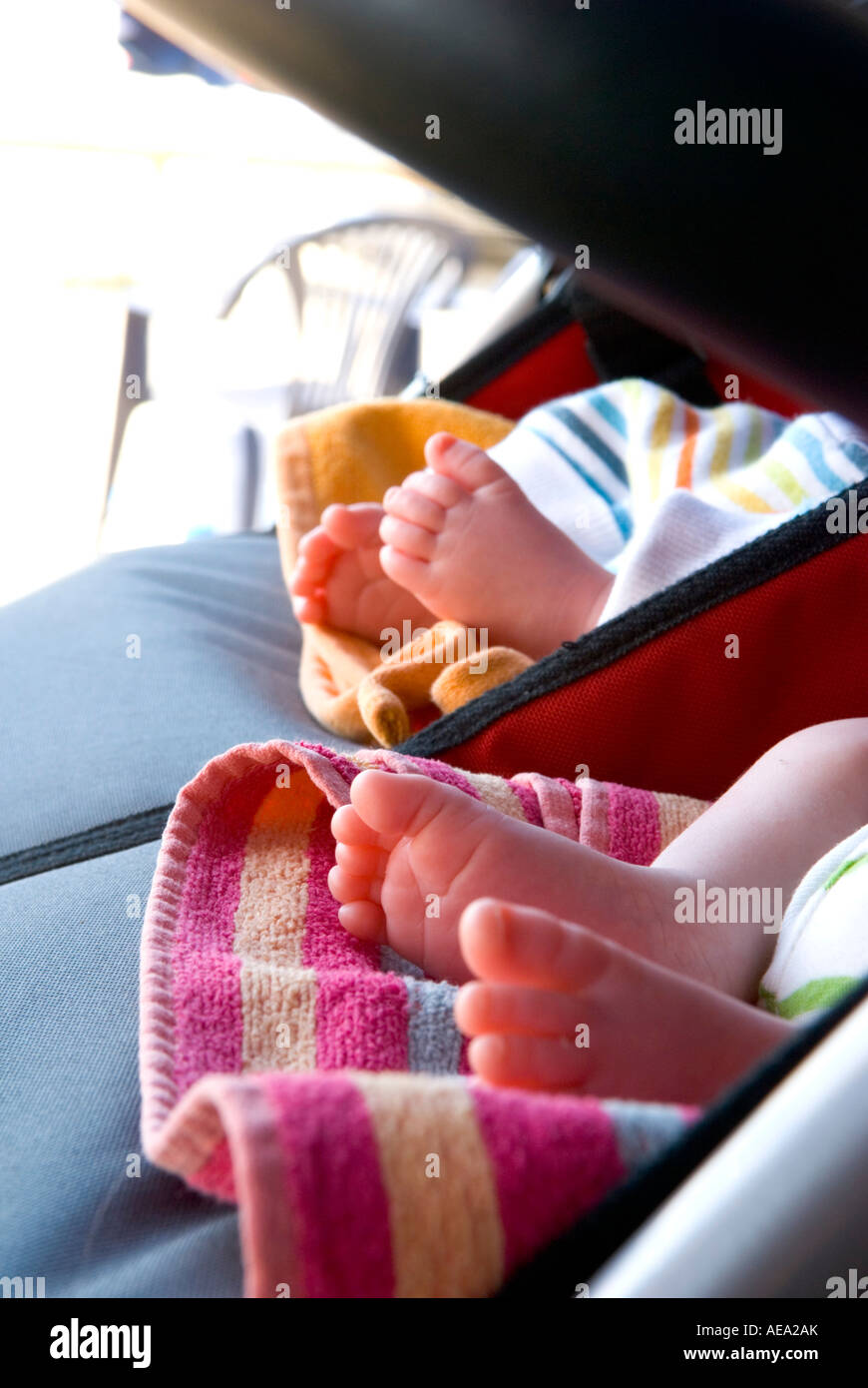 ein Close Up von Twin Babys Füße im Pram Stockbild
