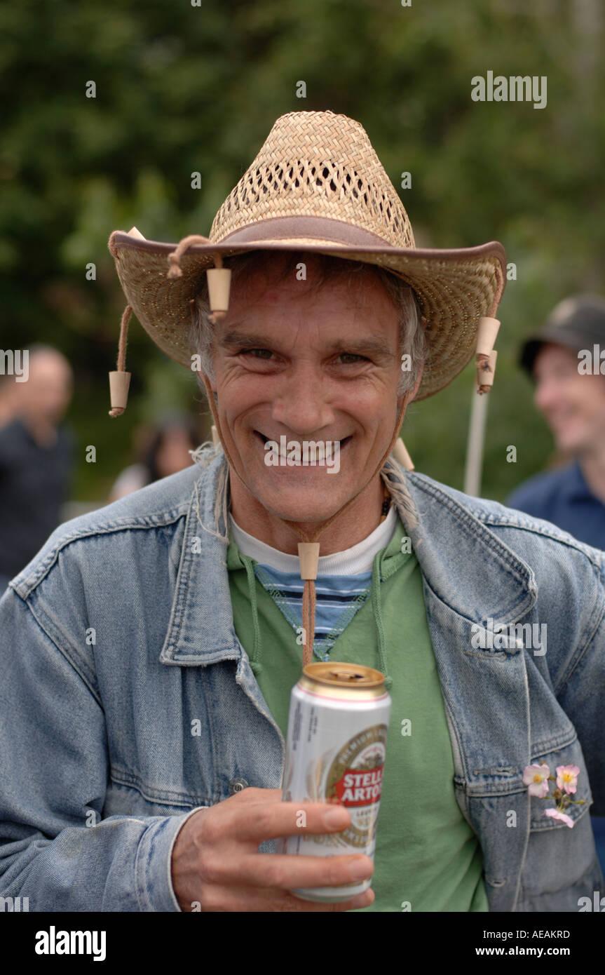 lächelnd Mann in seinen 40ern trinken Bier Hut mit Korken baumelte es kann Stockbild
