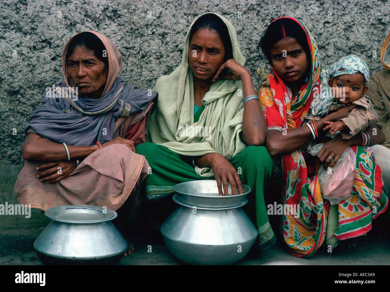 Frau Schlange für Lebensmittel an Mutter Teresas Mission in Kalkutta Indien Stockfoto