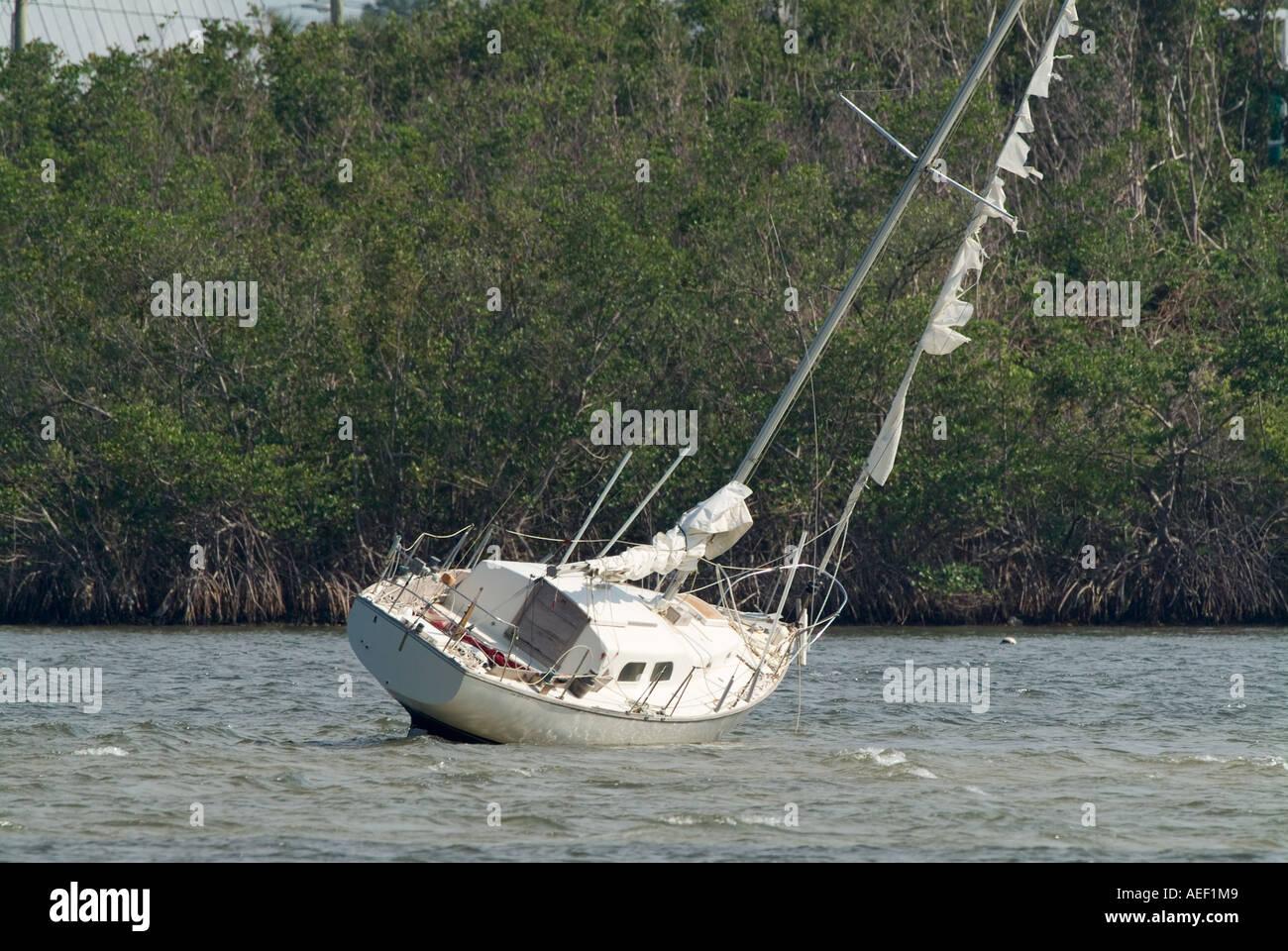 auf Grund gestrandeter Lauf angespült Segelboot Hurrikan Schaden Verlust des Immobilienvermögens versenkt Schiffbruch beschädigt Stockbild