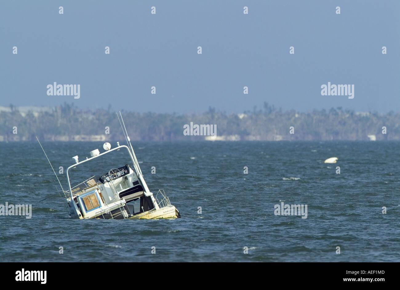 versunkene Schäden Motorboot Hurrikan Schaden Verlust des Immobilienvermögens versenkt Schiffbruch Stockbild