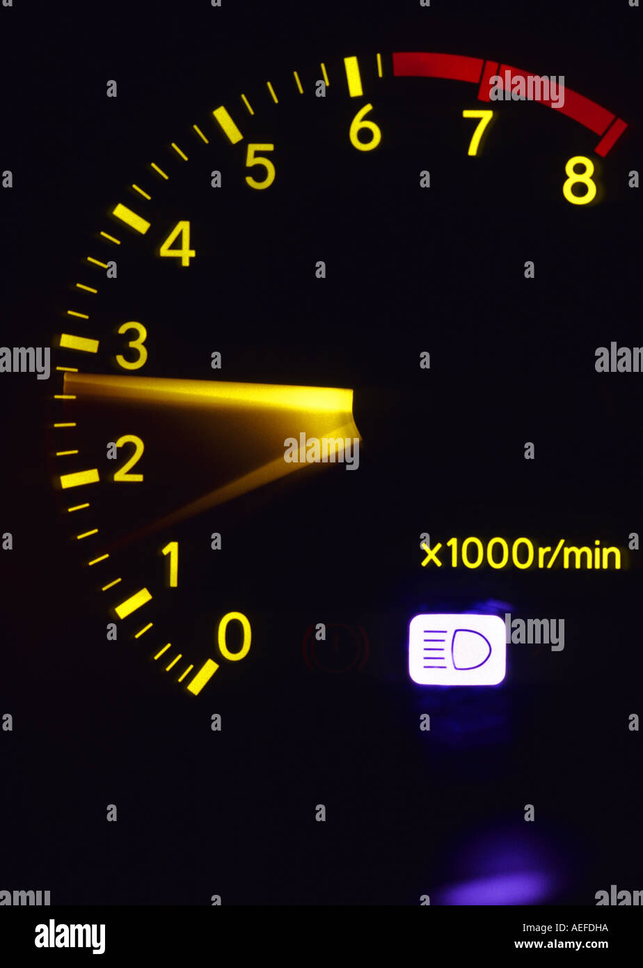 Motor Revolution Counter Dial-on-Dashboard-Konsole des Fahrzeugs in der Nacht Stockbild