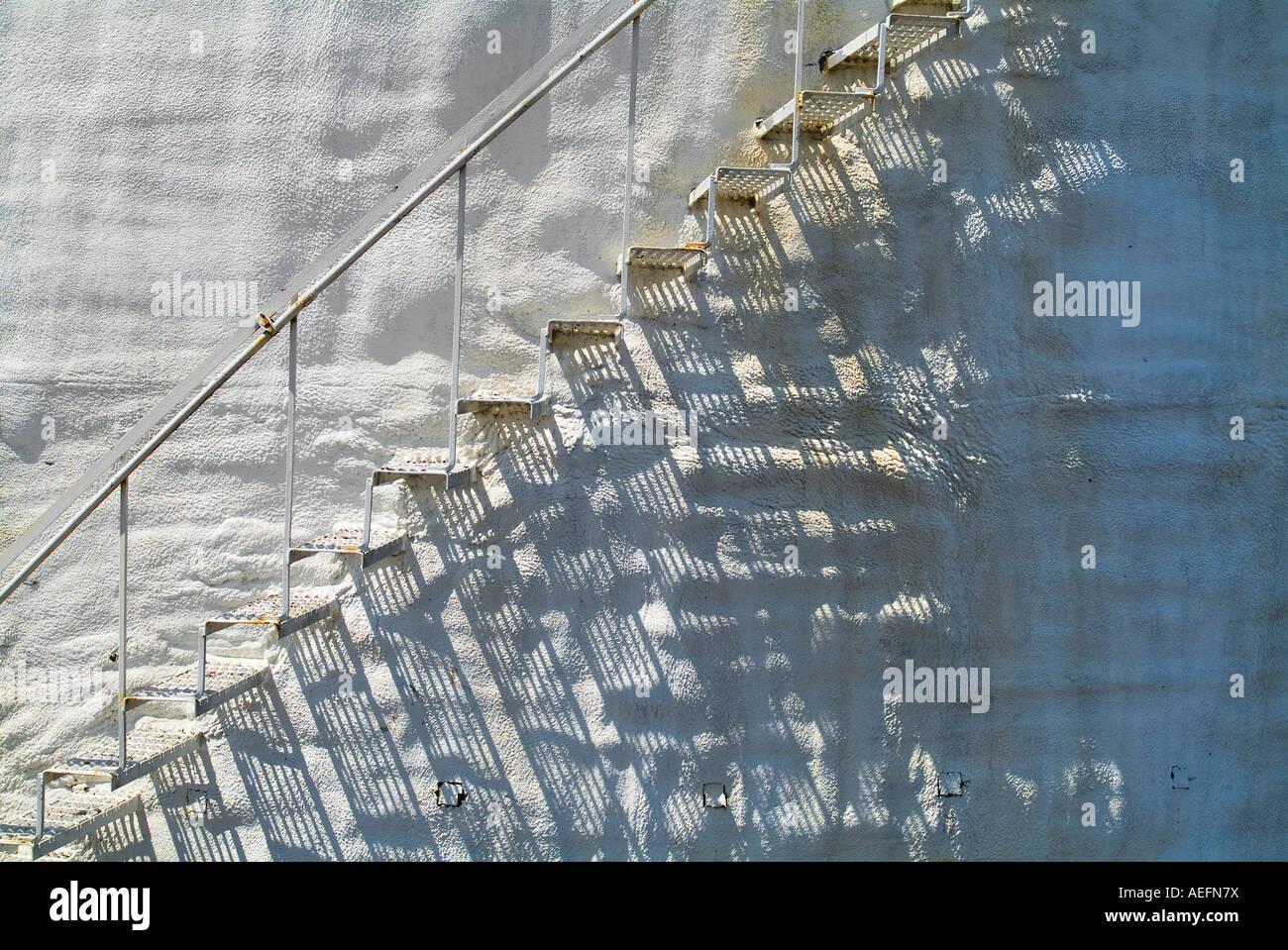 Metall-Treppe auf alten rostigen holprigen weißem Stuck gebogene Wand, USA Stockbild