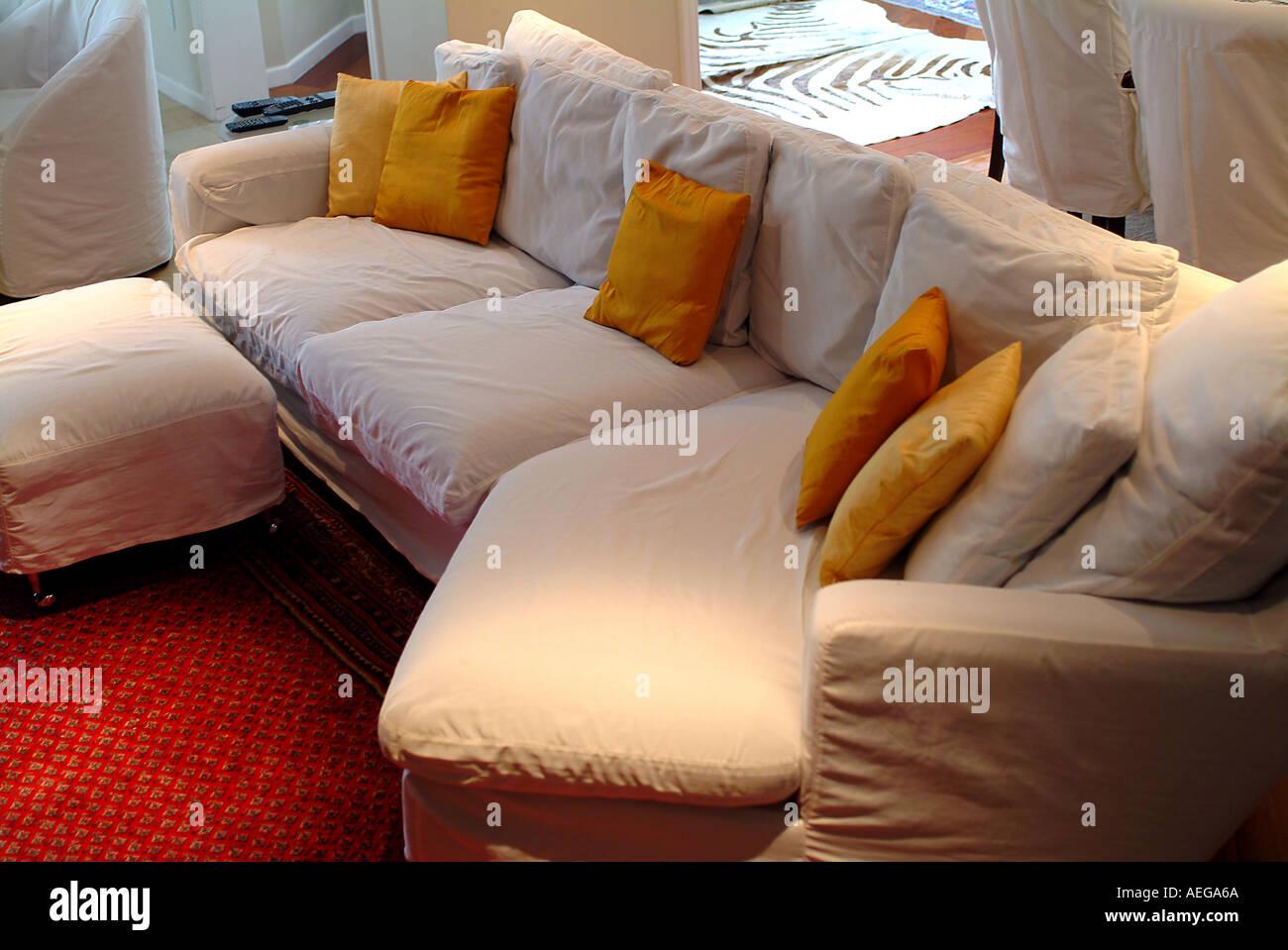 Sweet Home Innen Drinnen Wohnzimmer Sofacouch Kissen Beige Senf Ocker Teppich  Teppich Rot Gemütlich Elegante Dekoration