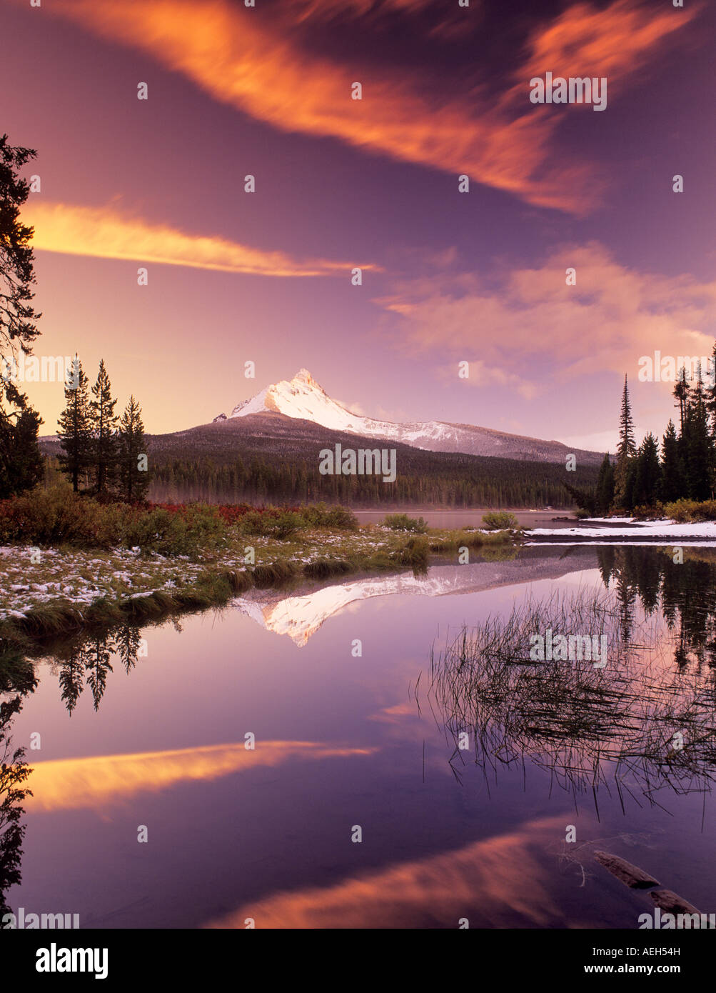 Mount Washington und Big Lake mit Schnee und Sonnenuntergang Oregon Stockbild