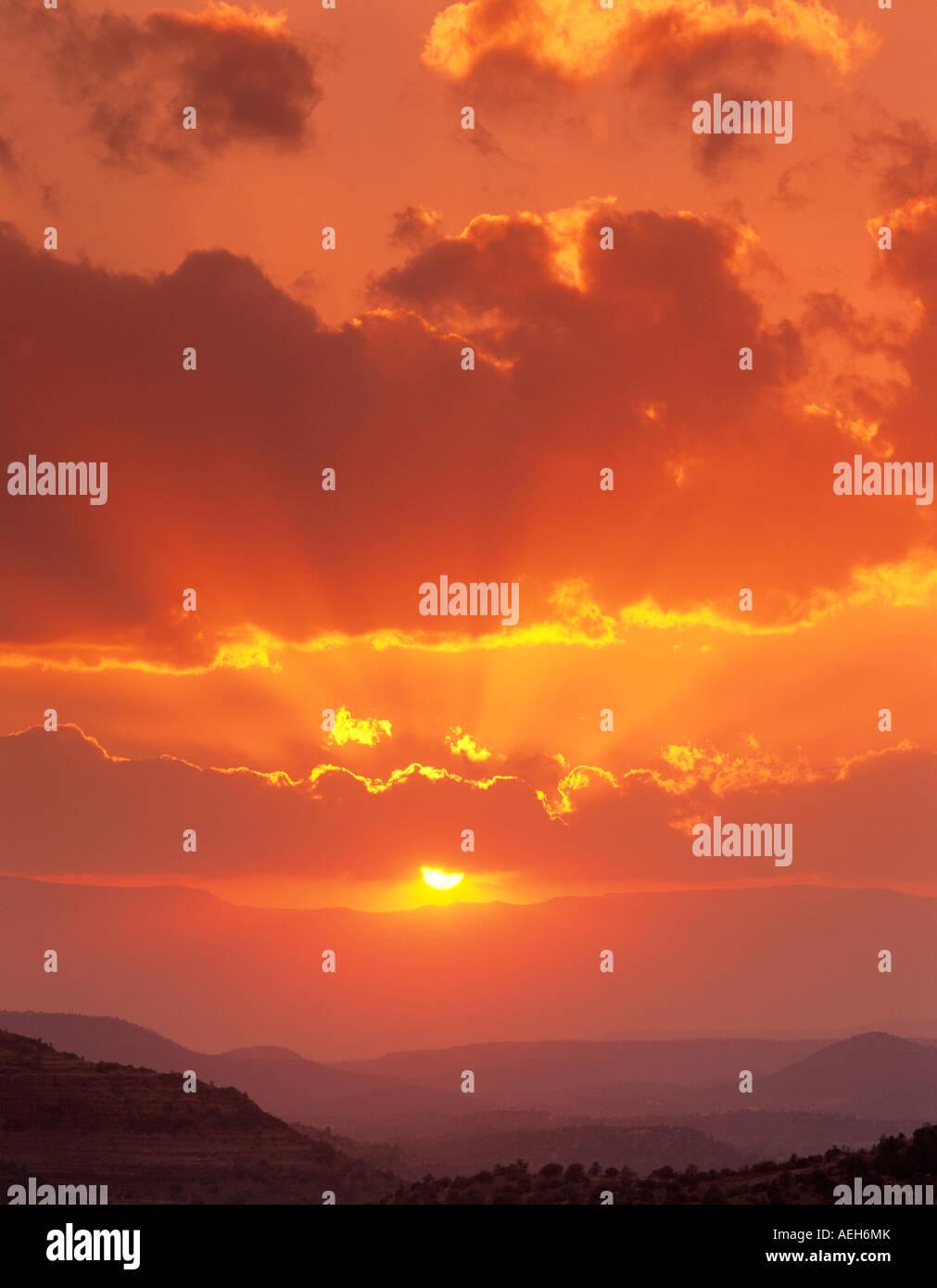 Sonnenuntergang Wolken mit Sonnenstrahlen in der Nähe von Sedona Arizona Stockbild