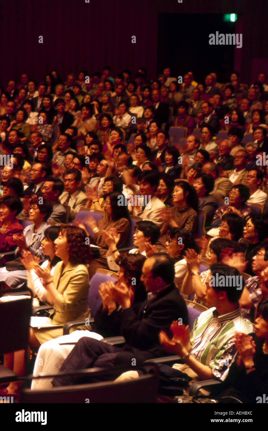 Japanische Publikum applaudiert Tokyo Geijutsu Gekijo Japan Stockbild