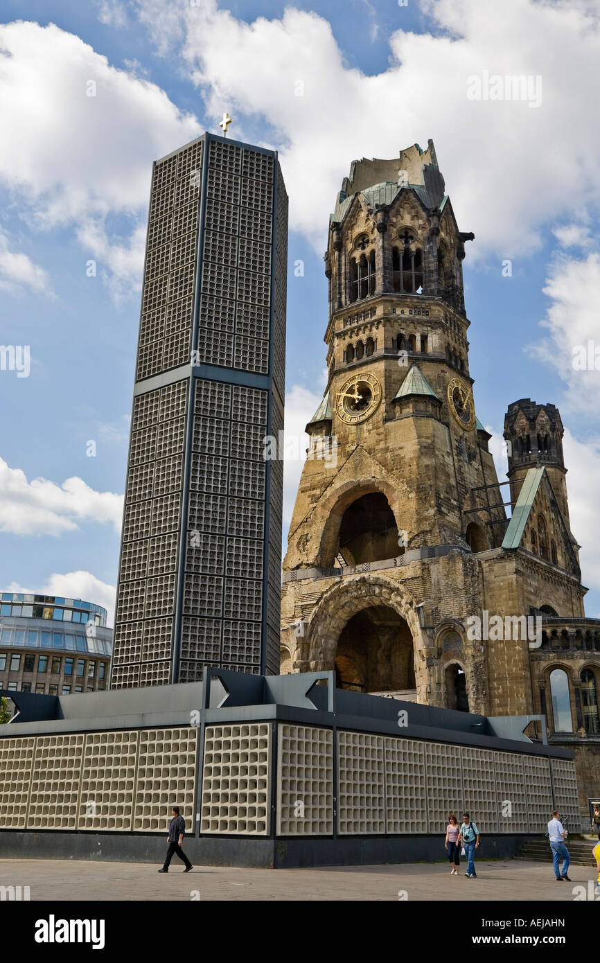 Kaiser Wilhelm Gedachtnis Kirche Alte Und Neue Gebaude Am Breitscheidplatz In Berlin Deutschland Stockfotografie Alamy