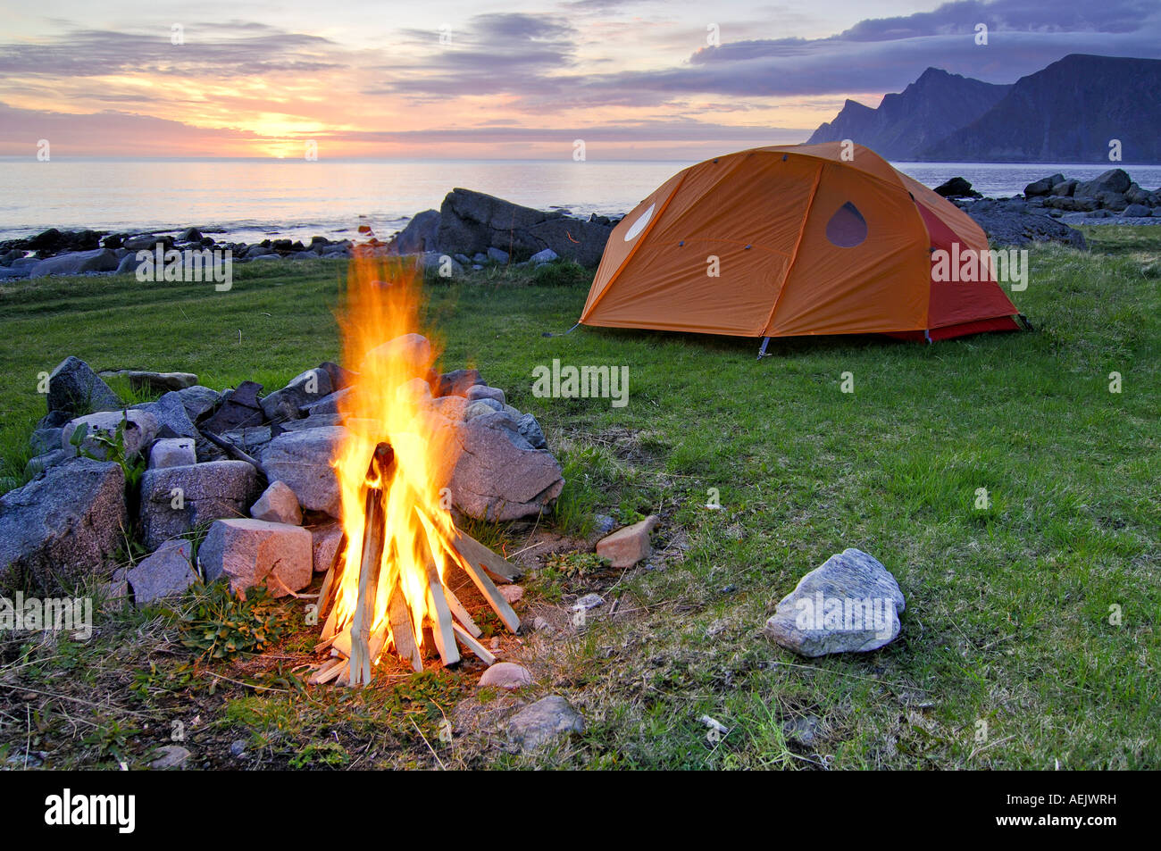 Lagerfeuer mit Zelt, Mitternachtssonne, Austvagoy, Lofoten, Norwegen, Skandinavien, Europa Stockbild