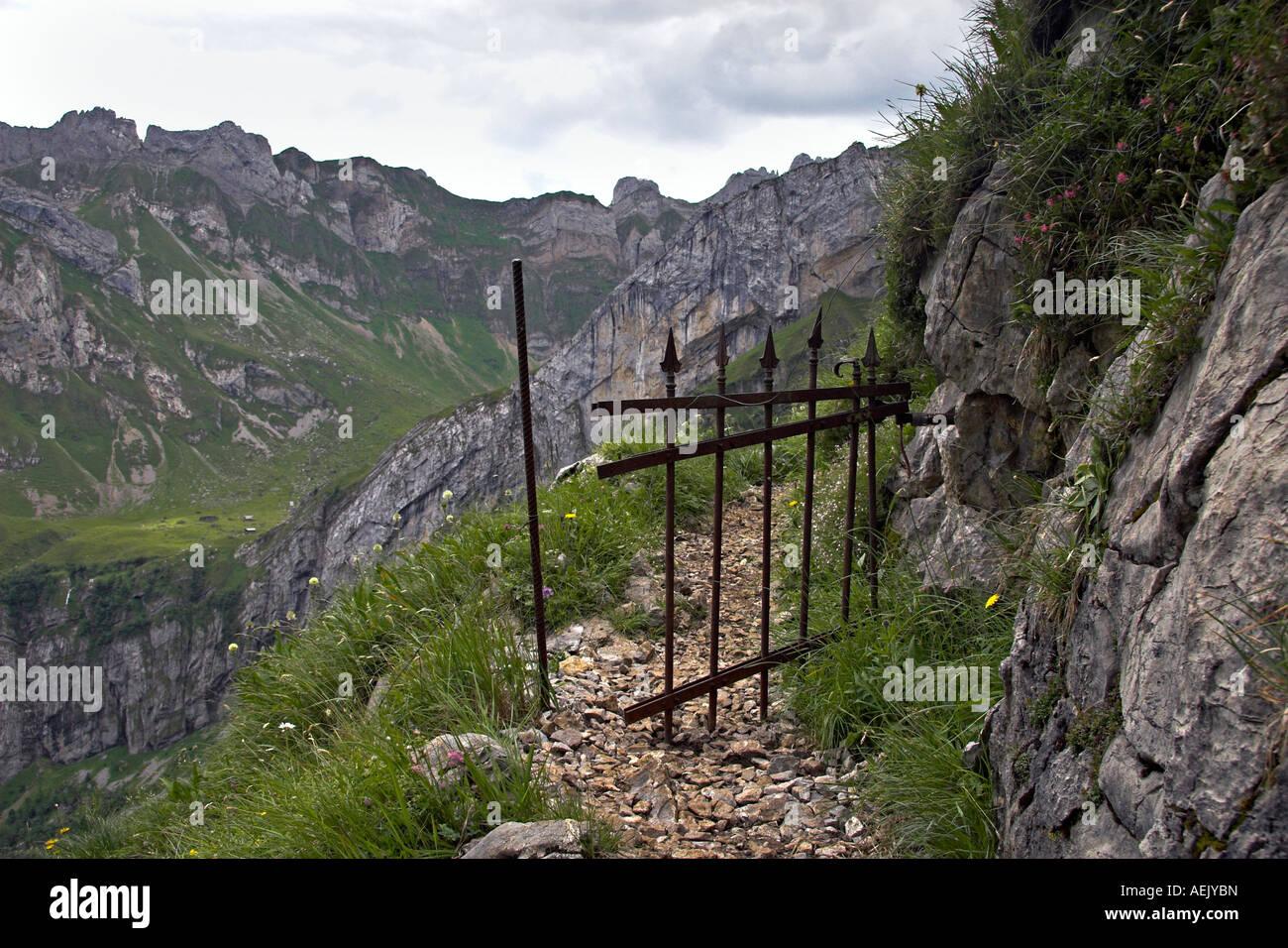 Berg-Weg mit Eisen Viehgatter im Alpsteingebirge Kanton Appenzell, Schweiz Stockbild