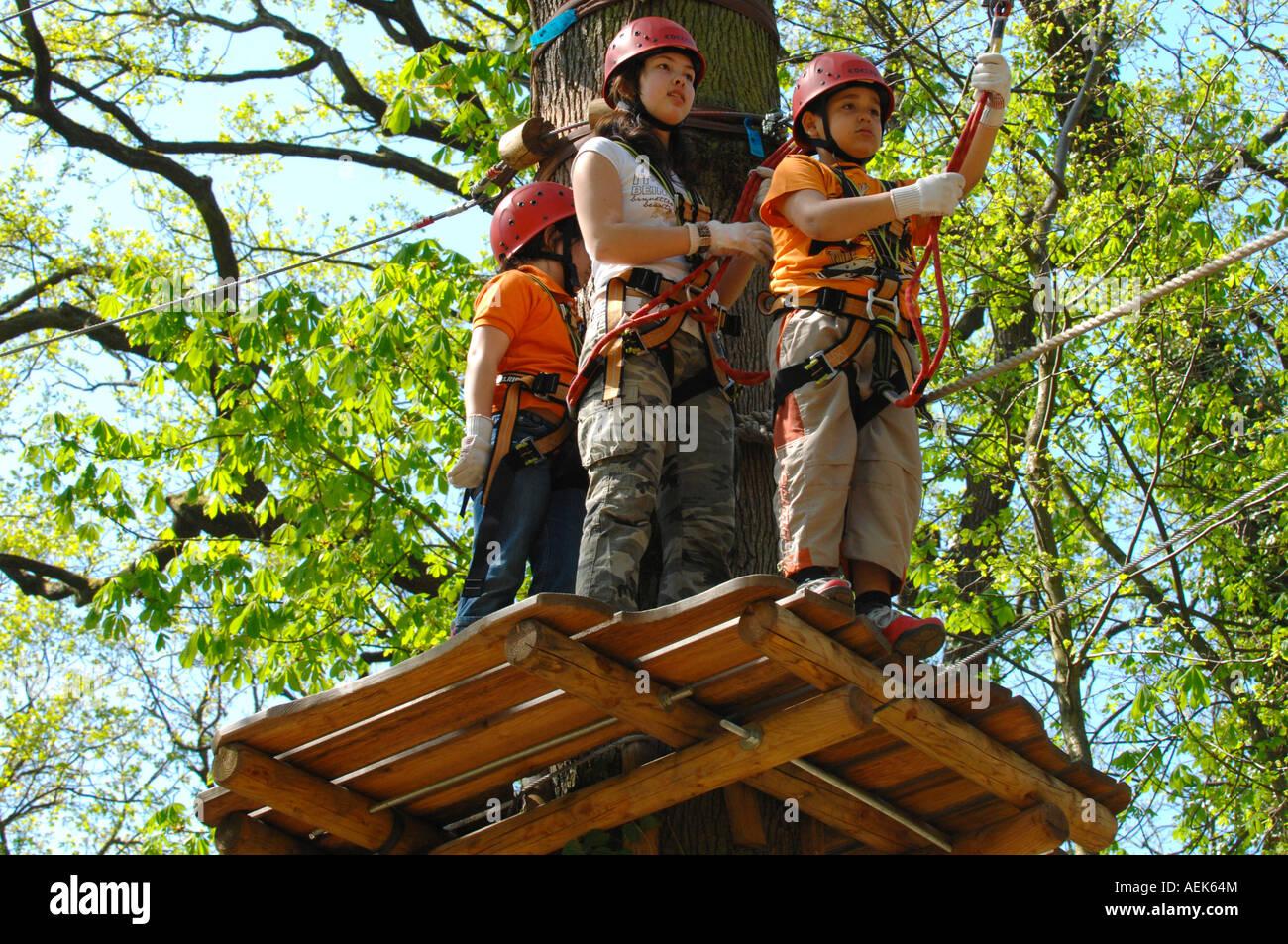 Kletterausrüstung Deutschland : 3 kinder mit kletterausrüstung klettern wald neroberg wiesbaden