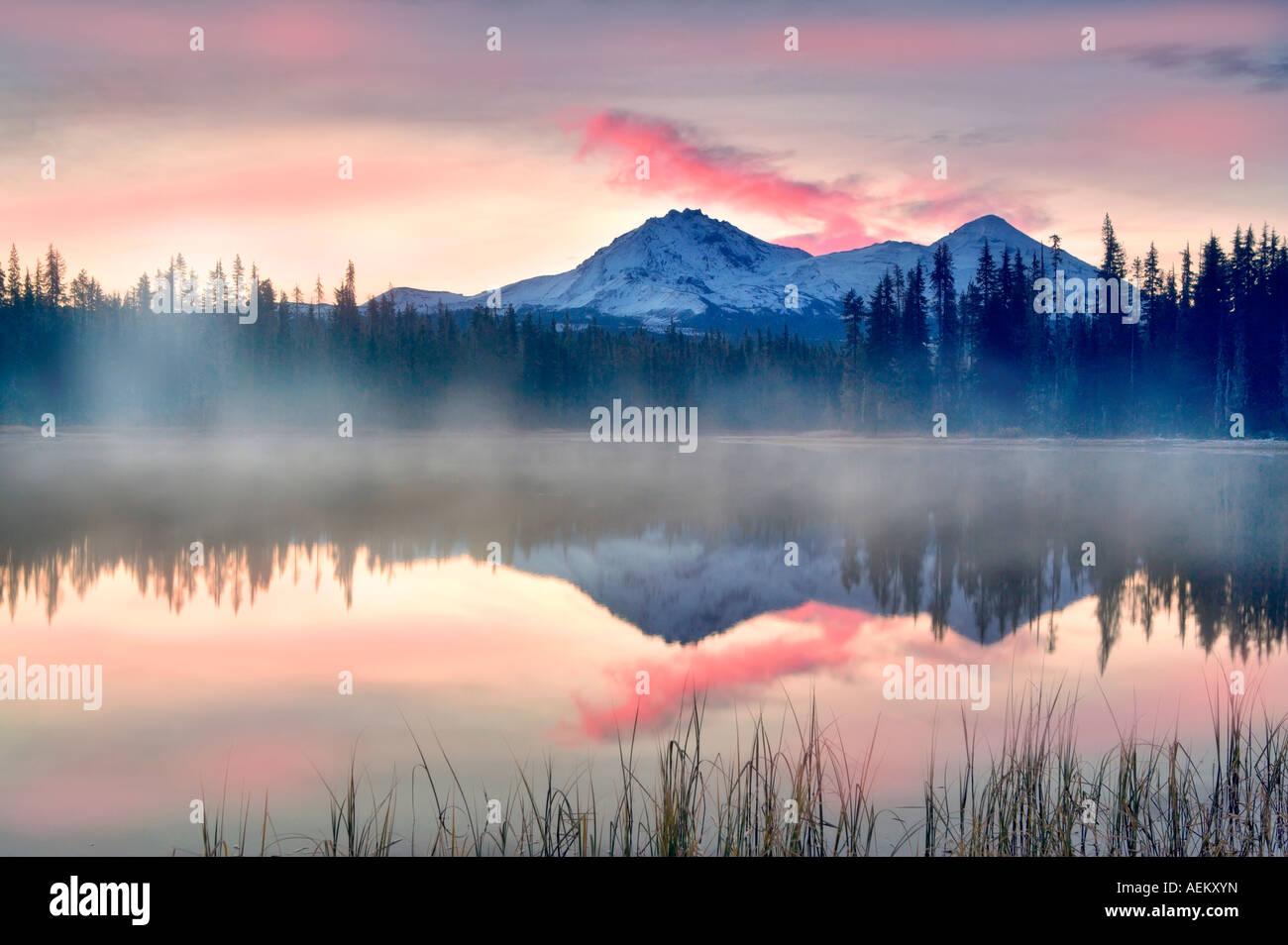 Sonnenaufgang am Scott See mit Nord und Mitte Schwester Berg Zentral-Oregon Stockbild