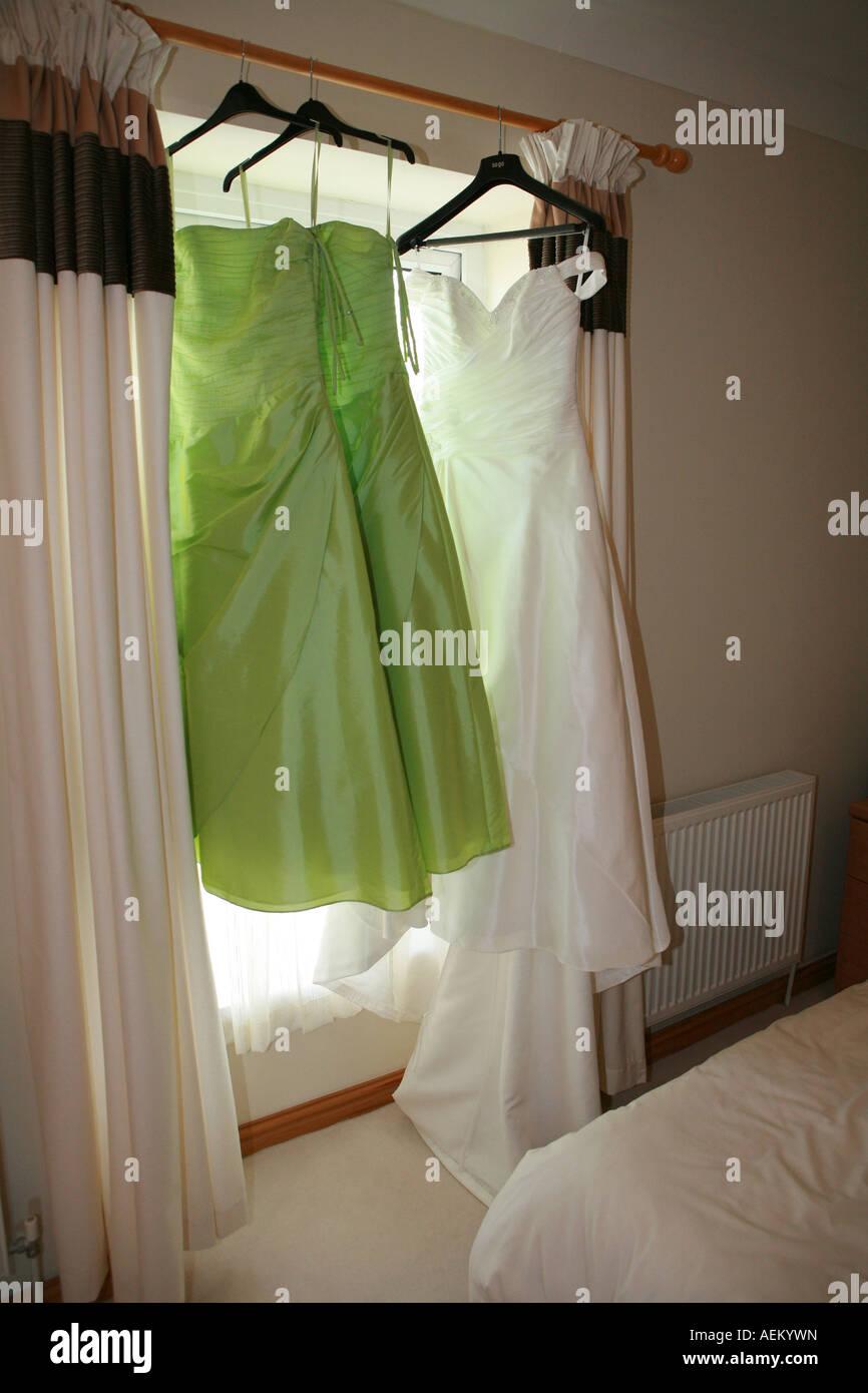 Ein Weißes Brautkleid Und Zwei Passende Lime Grün Bräute Mägde