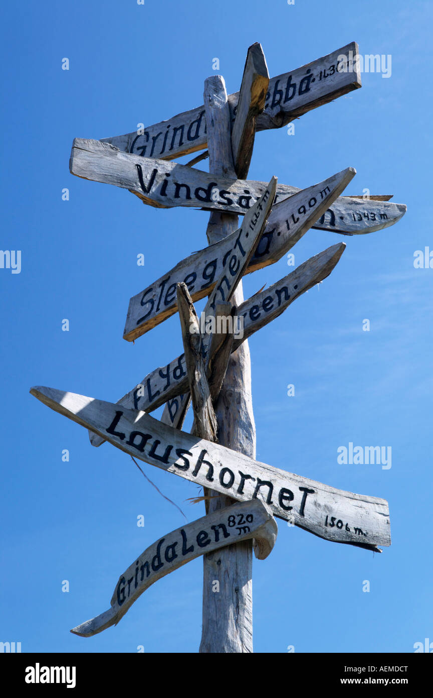 Holzpfosten Finger Zeichen zu Fuß Reiseziele in der Nähe von Geiranger Stranda mehr Og Romsdal-Norwegen Stockbild