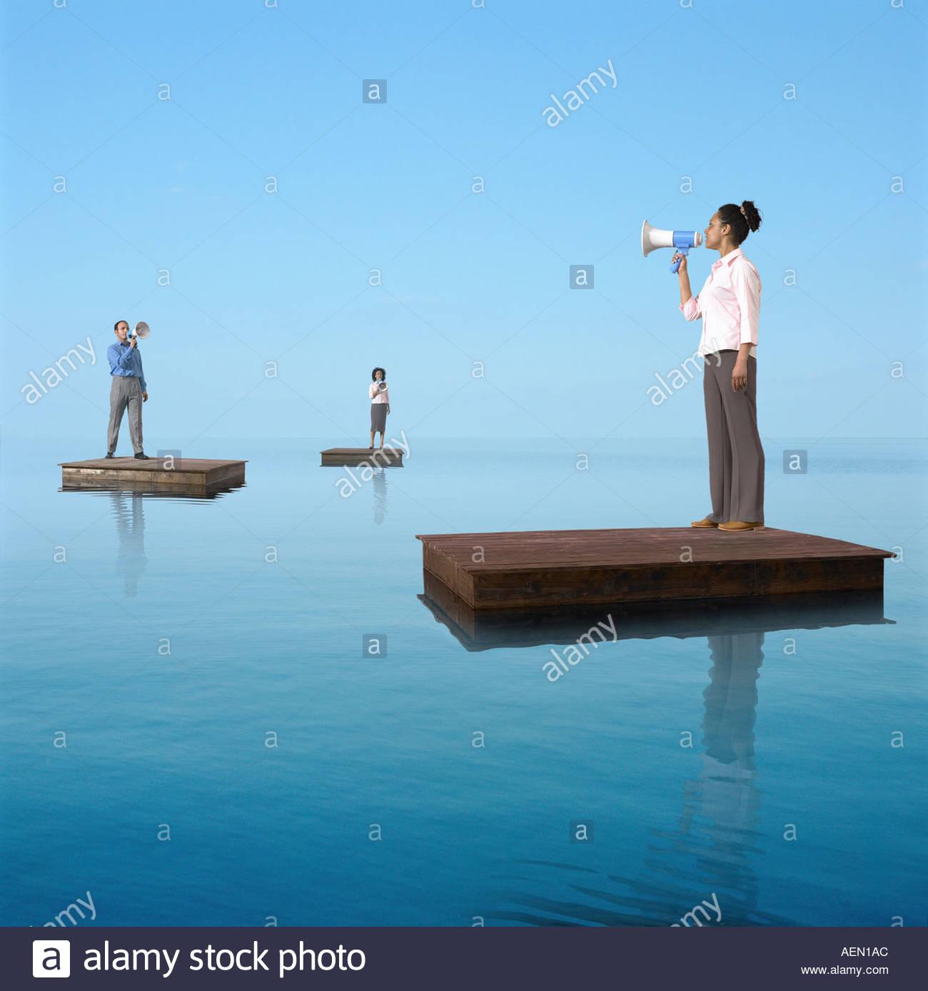 Drei Geschäftsleute auf Flößen mit Megaphonen Stockbild
