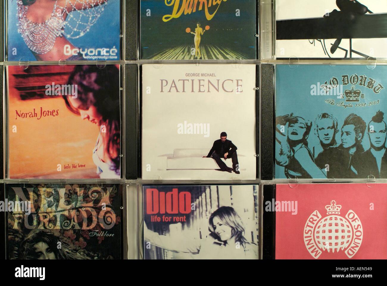 Gefälschte Musik-CDs zum Verkauf in Osteuropa, Close Up. Stockbild