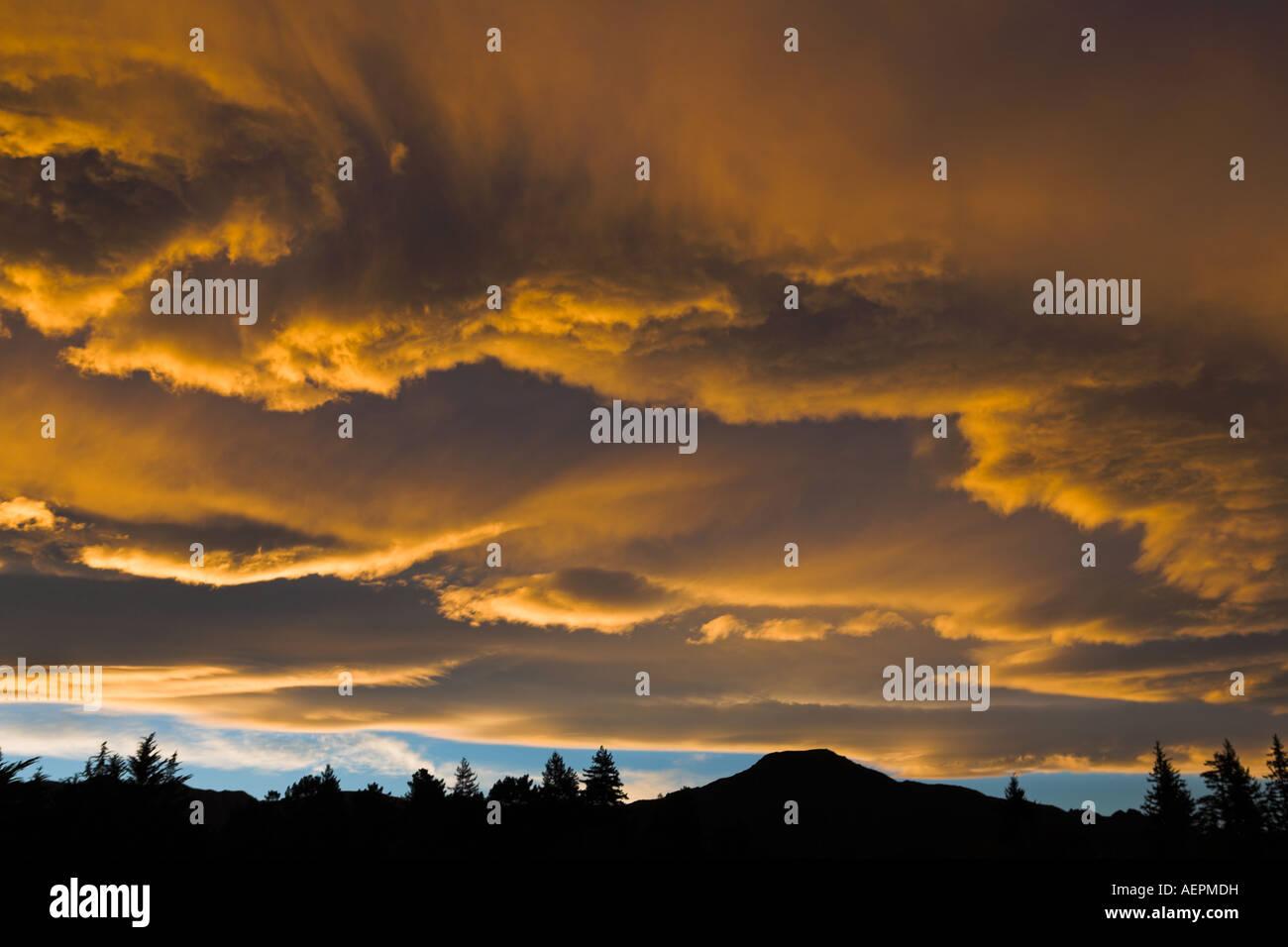 Spektakulären Sonnenuntergang über der Stadt von Hanmer Springs, Südinsel, Neuseeland Stockbild